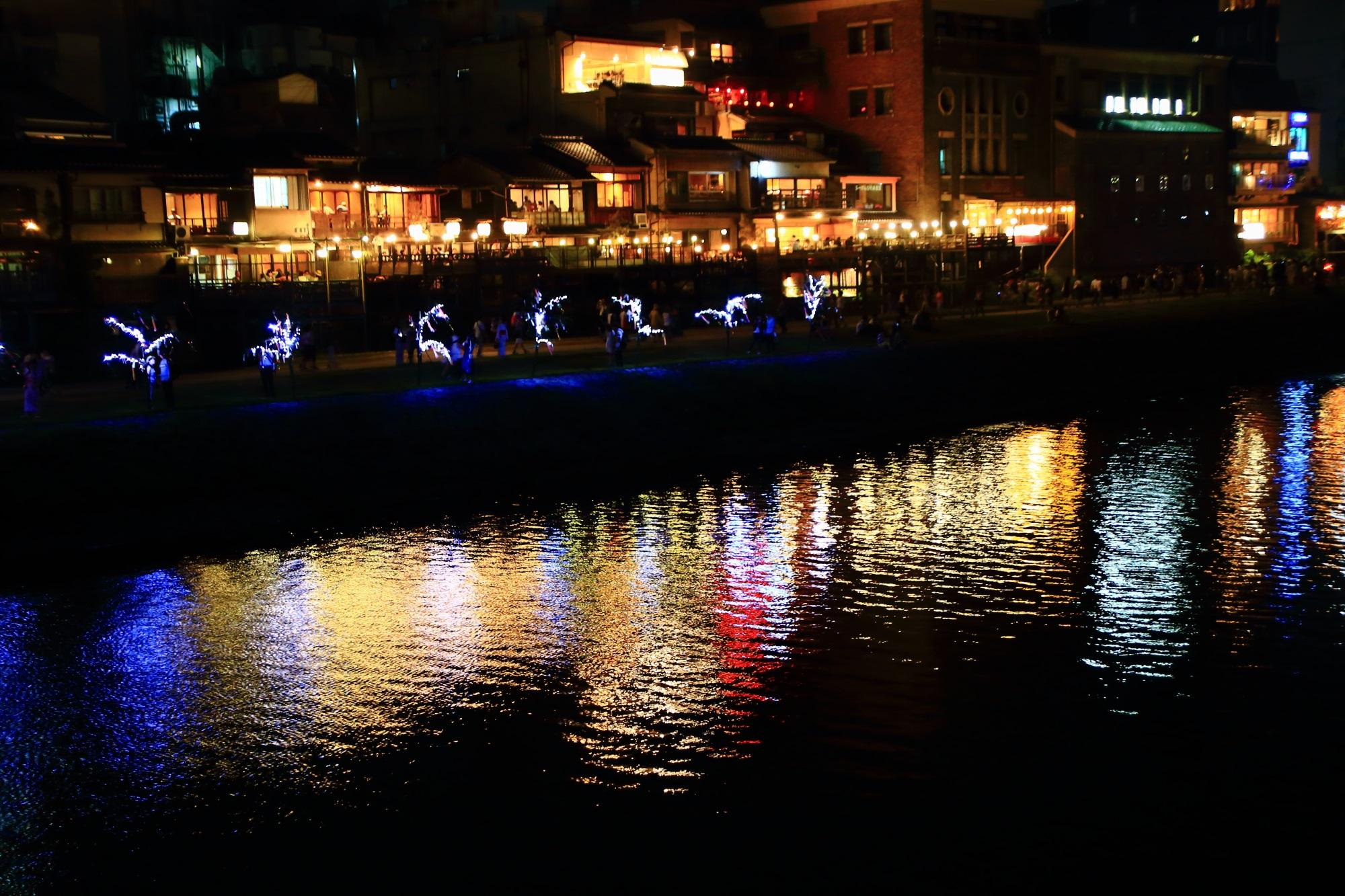 幻想的な京の七夕の鴨川会場