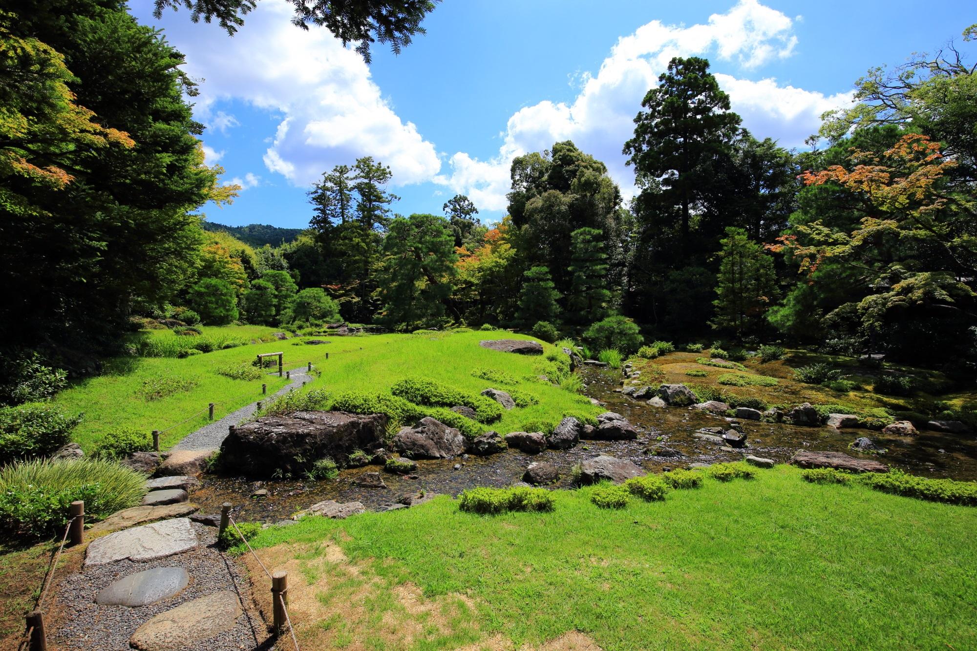 無鄰菴(むりんあん)の池泉回遊式庭園の緑の芝生