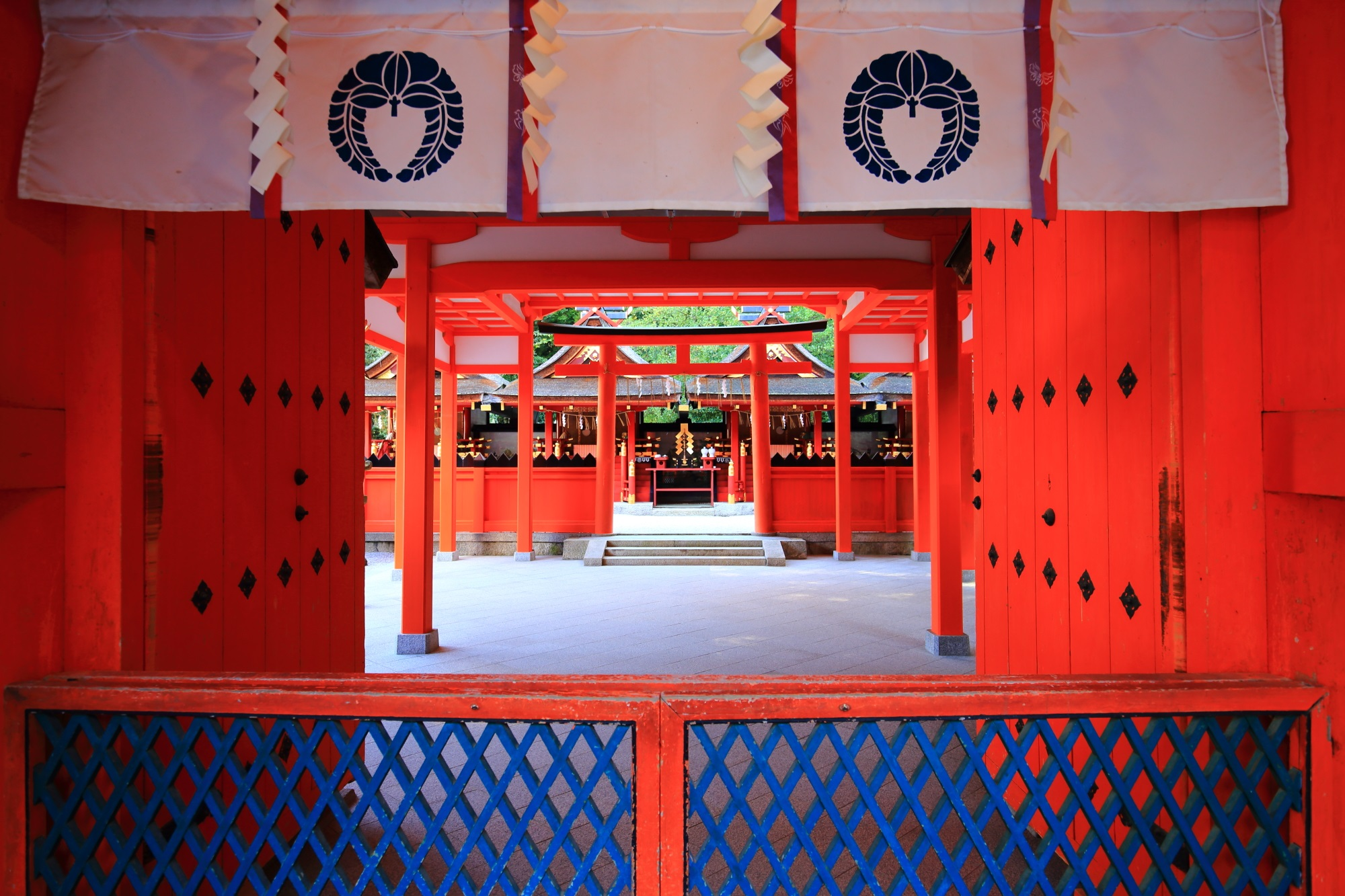 様々な神様の社が並ぶ吉田神社の本宮