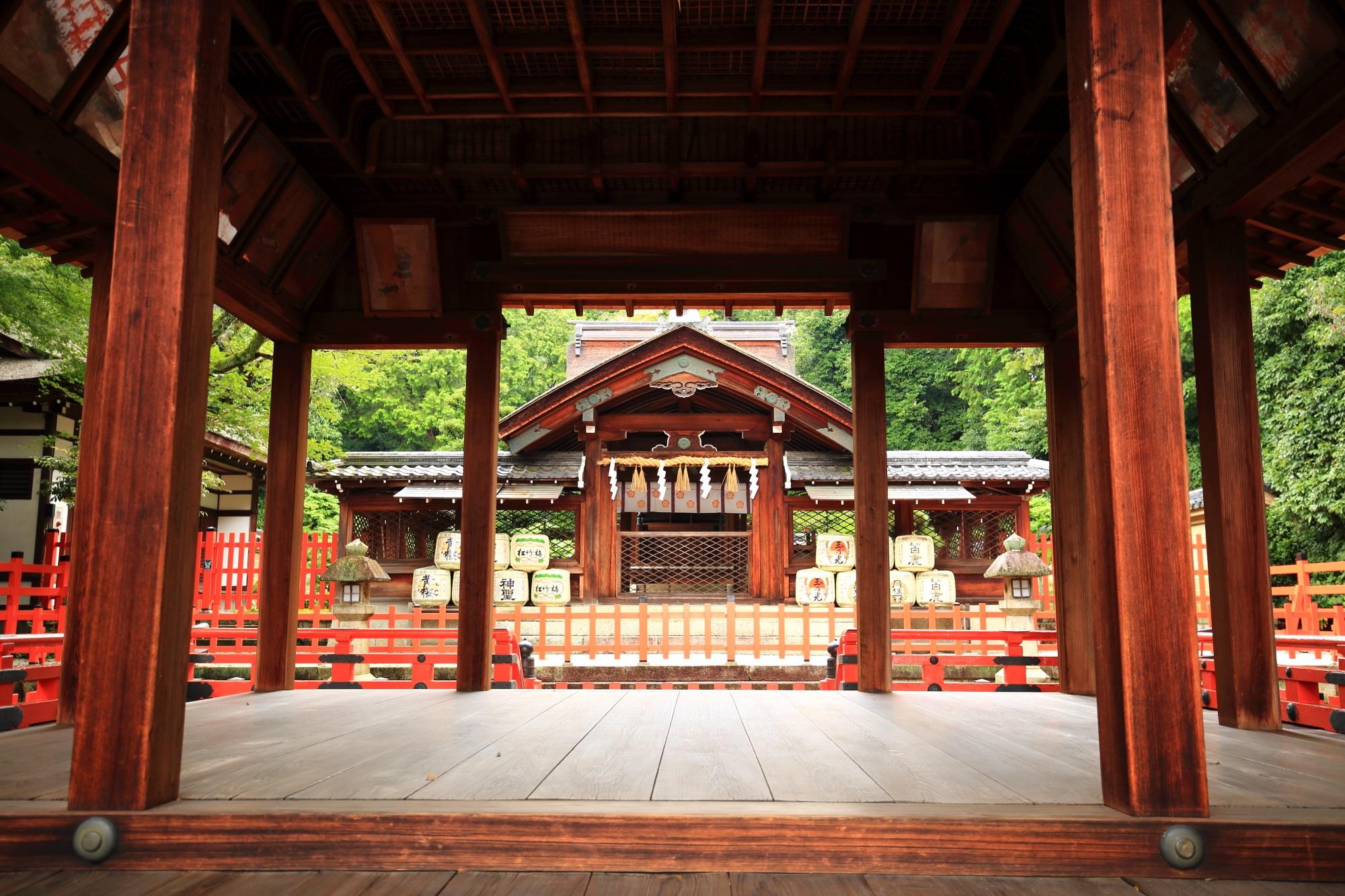 建勲神社の拝殿から神門