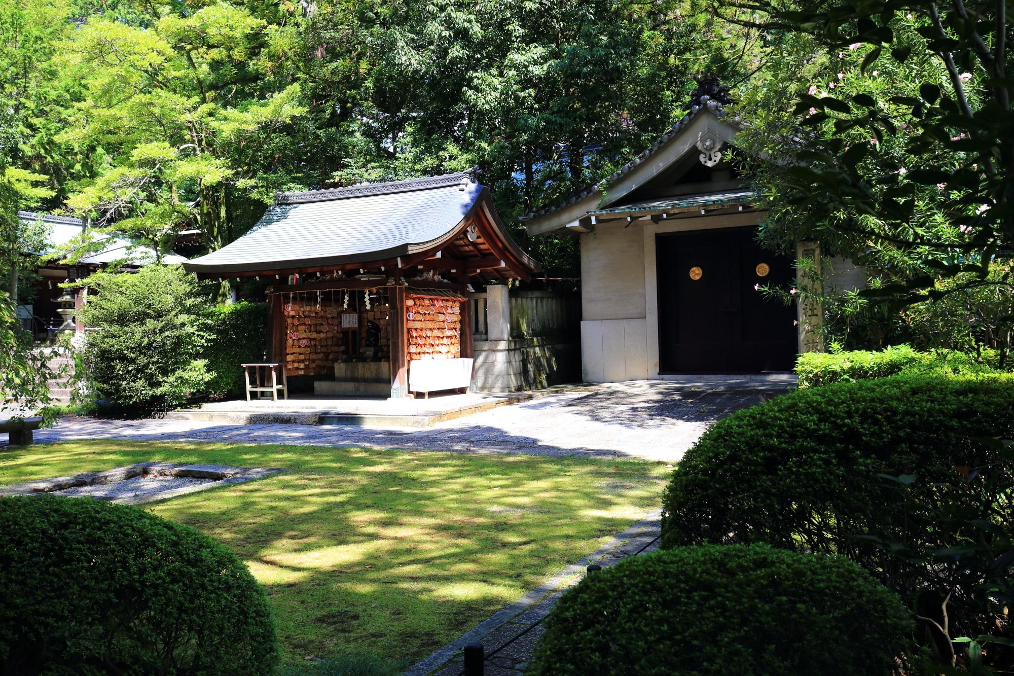 鮮やかな緑につつまれる岡崎神社の絵馬所と御旅所