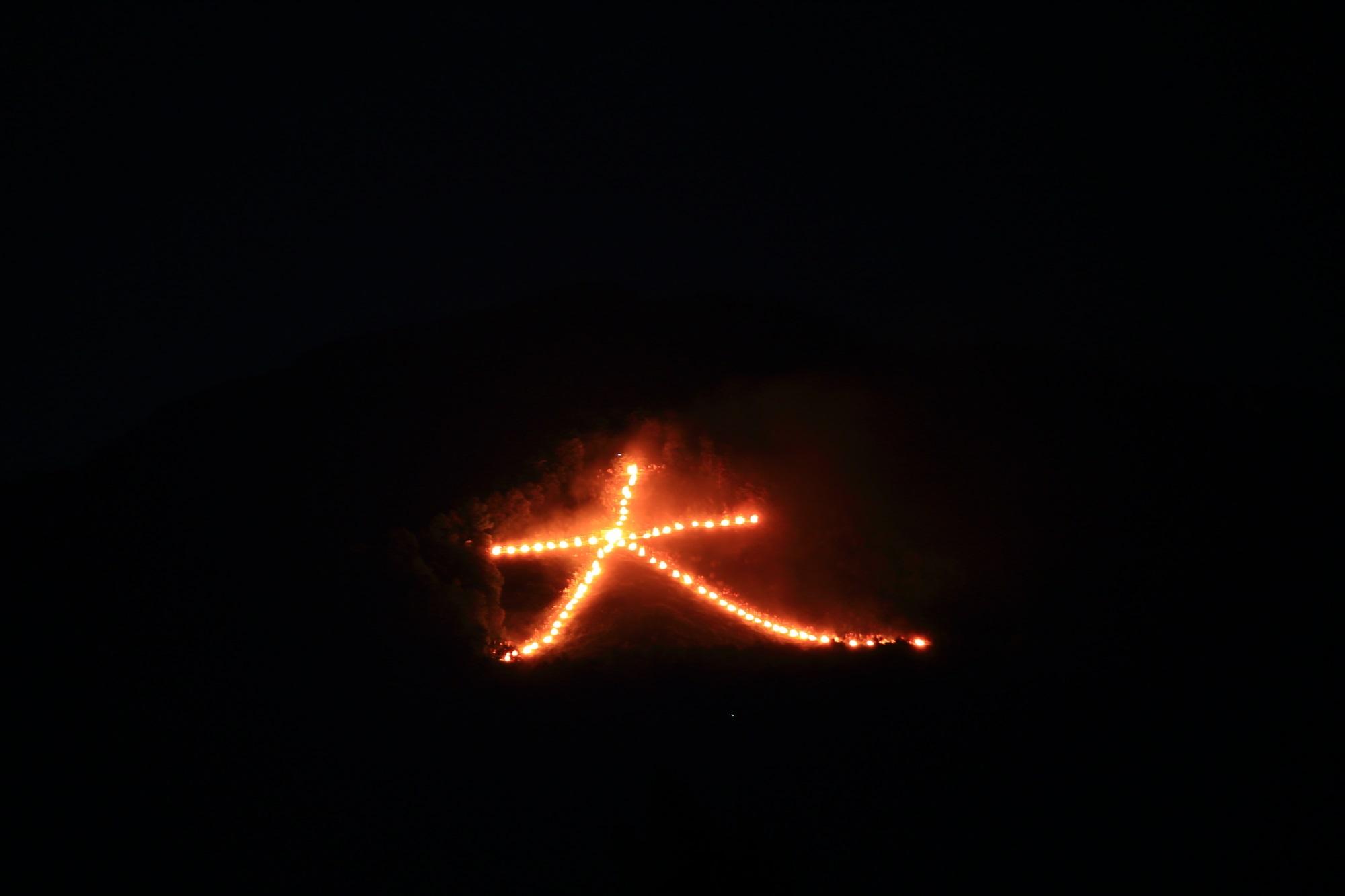 五山送り火の東山如意ケ嶽の夏の夜空を灯す大文字 2015年8月16日