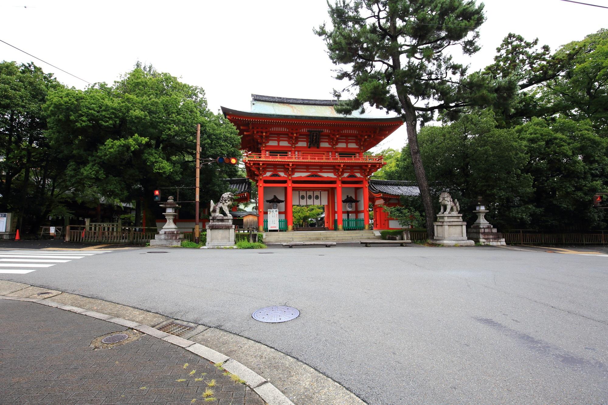 遠めから眺めた今宮神社の楼門