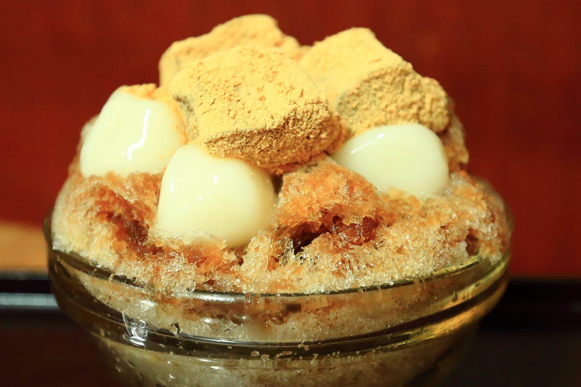 京都の甘党茶屋梅園河原町店のかき氷(黒糖白玉+黒糖わらび餅)