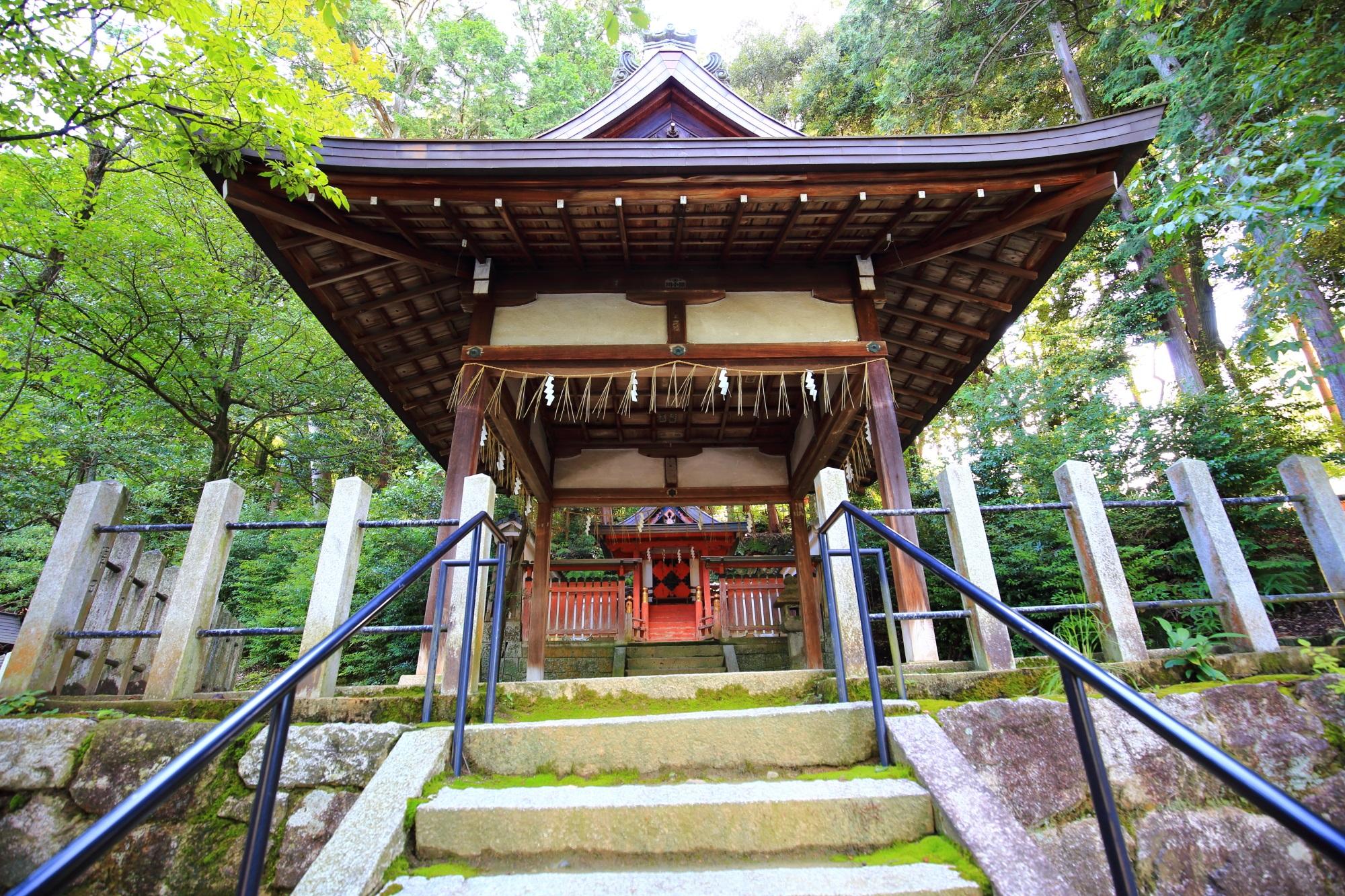 見事な佇まいの若宮社の拝殿