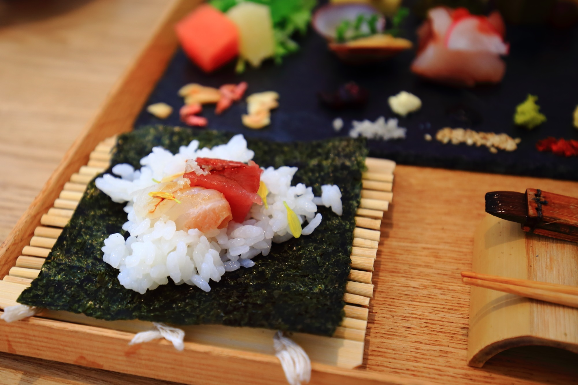 AWOMB (アウーム)の手織り寿しという美しい手巻き寿司