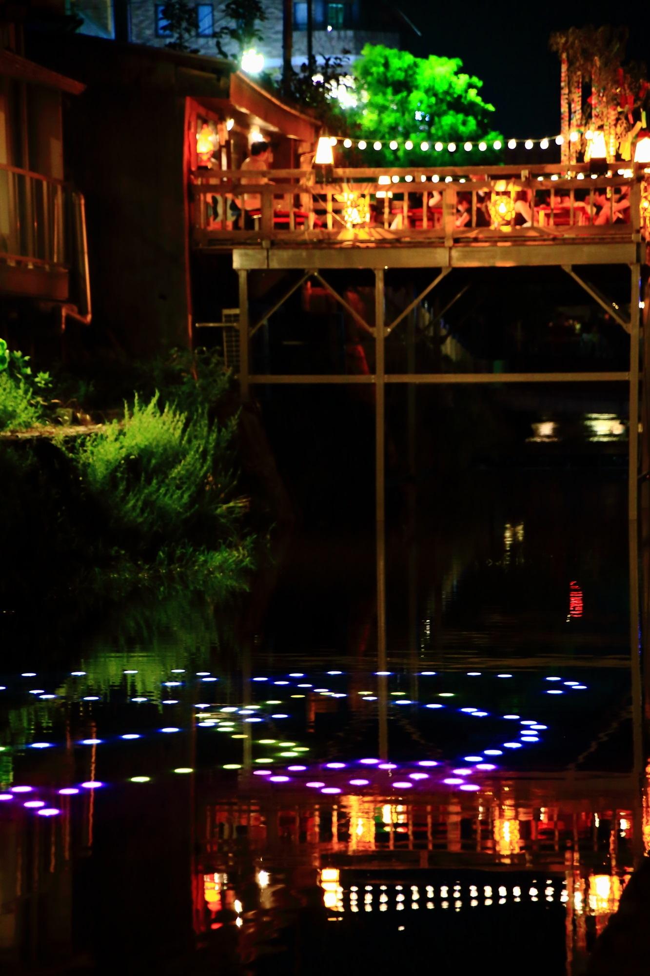 京の七夕鴨川会場の幻想的なみそそぎ川の光の演出と納涼床