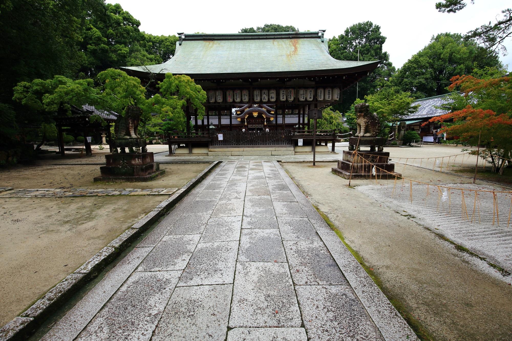 正面の参途から続く今宮神社の拝殿