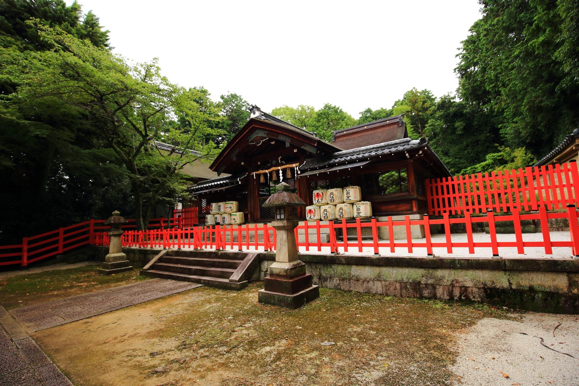 建勲神社の神門と本殿