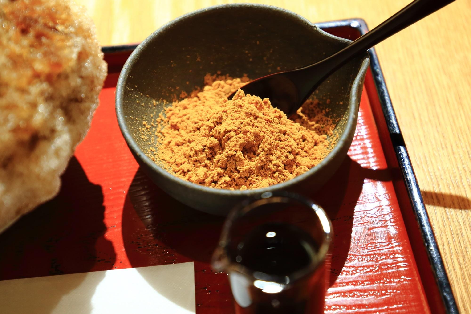 甘味処の家傳京飴 祇園小石の「わがまま氷 黒みつきなこ」のきなこ