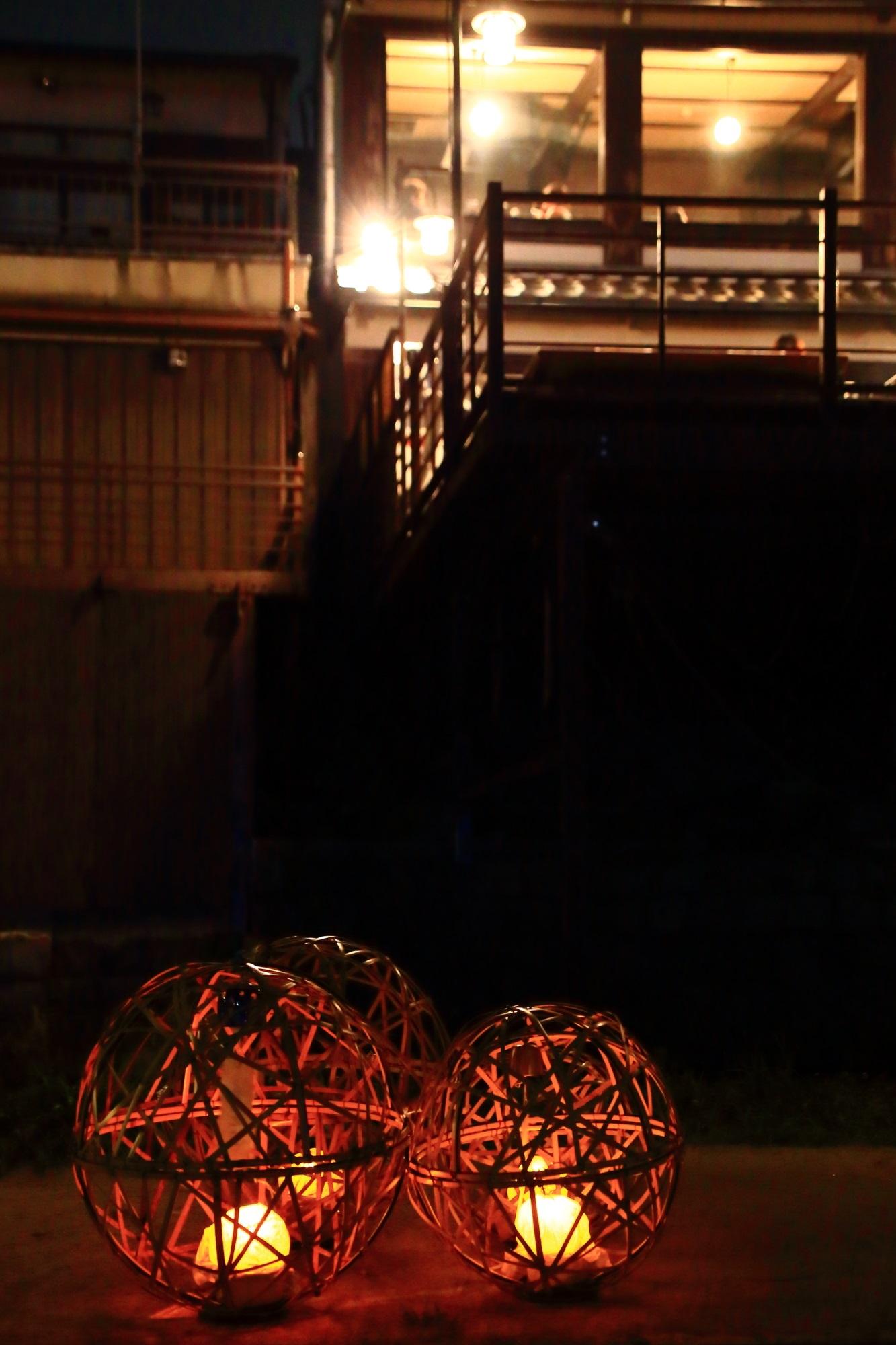 京の七夕鴨川会場の風情ある風鈴灯と納涼床 8月