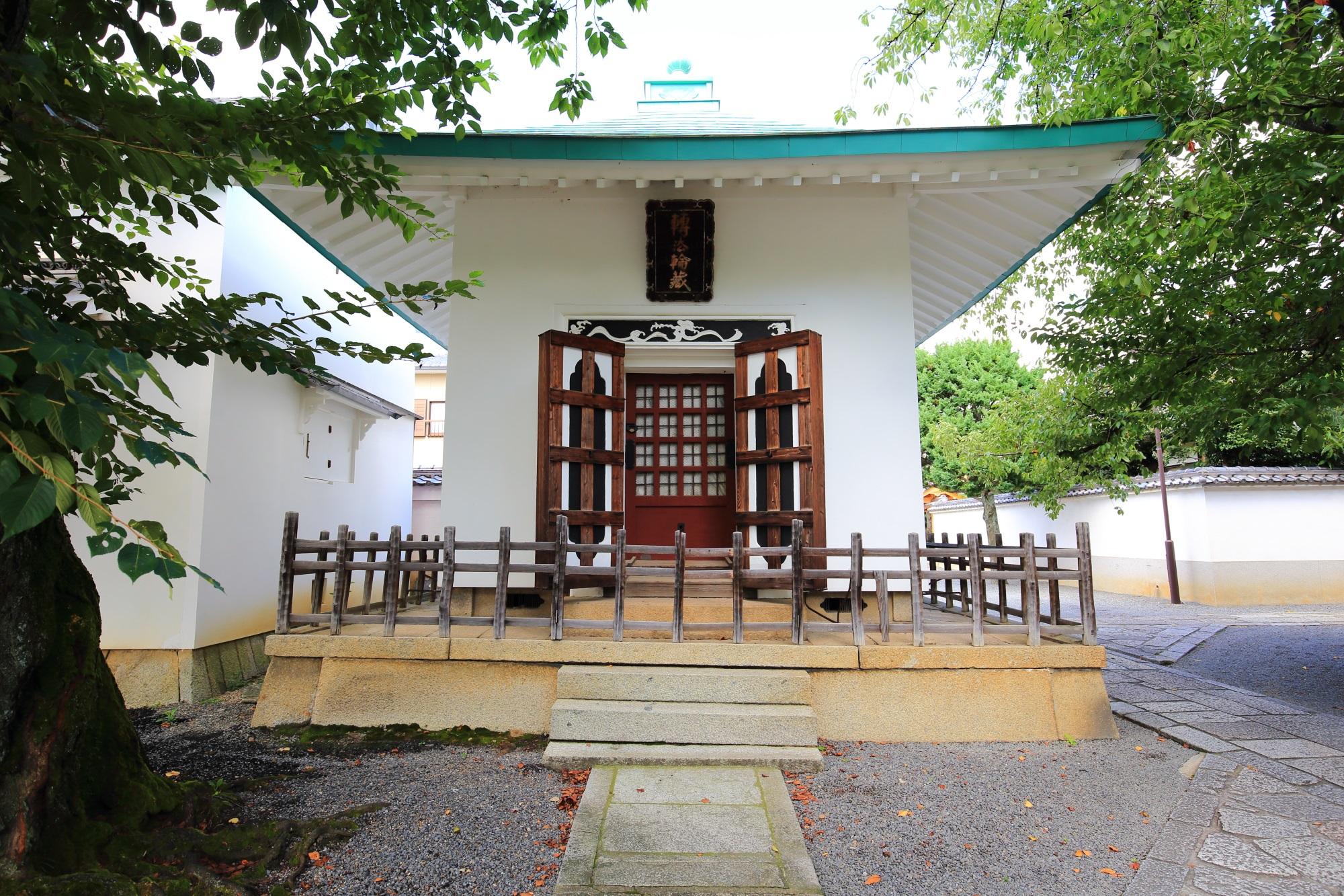 白壁が美しい本隆寺の経蔵