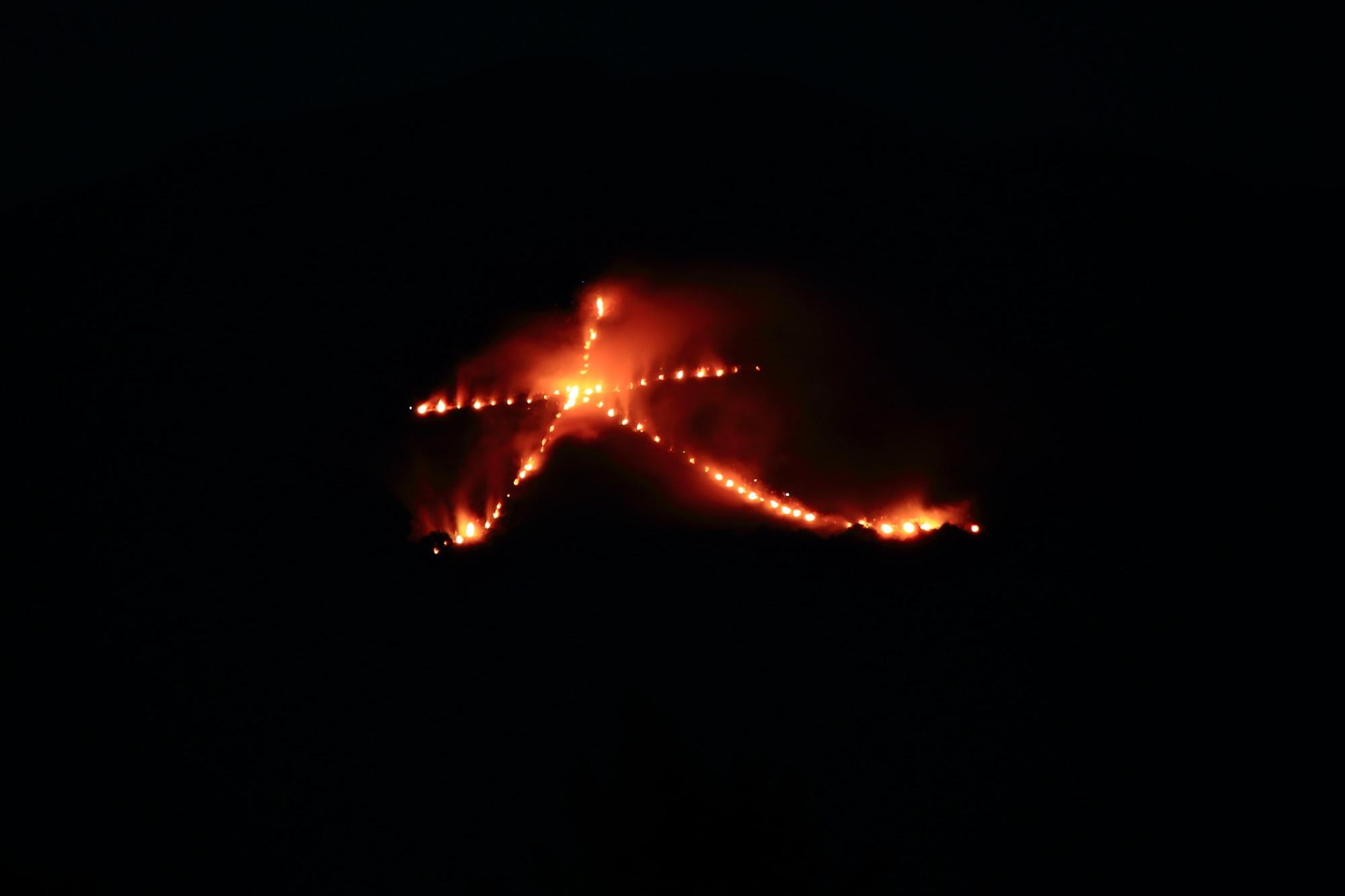 五山送り火の東山如意ケ嶽の一気に燃え出した大文字 2015年8月16日