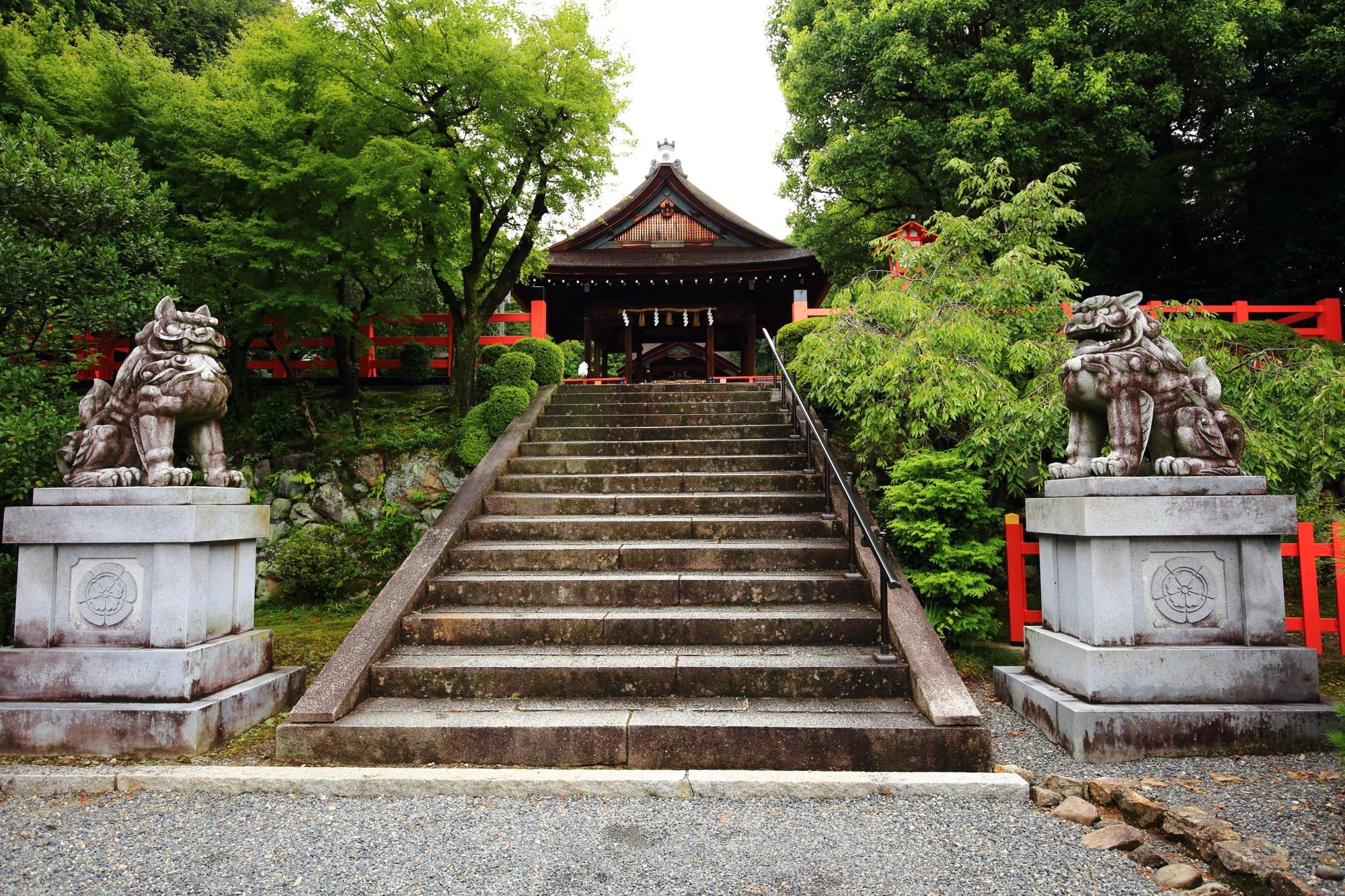 建勲神社の拝殿と狛犬