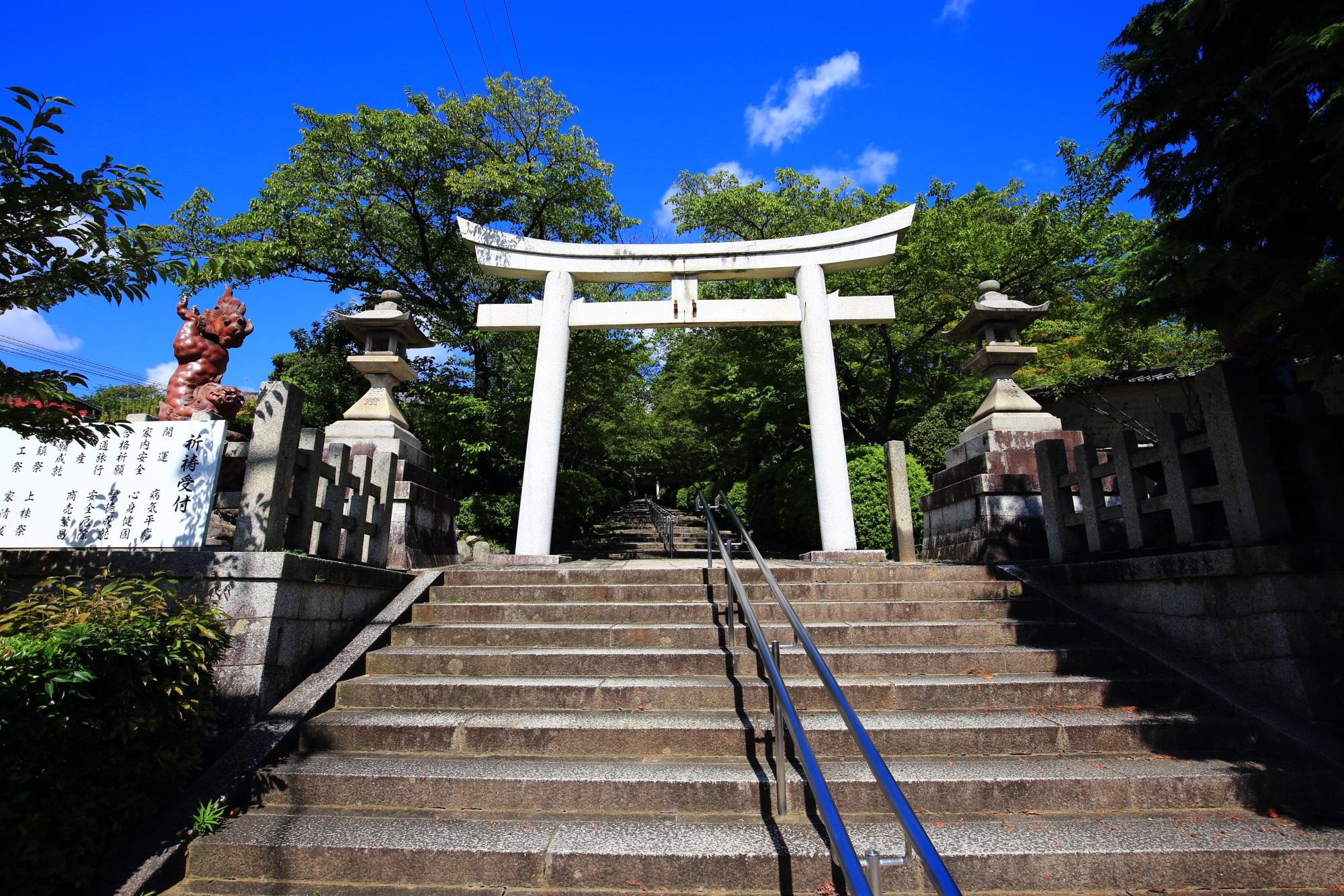 宗忠神社の鳥居と石段