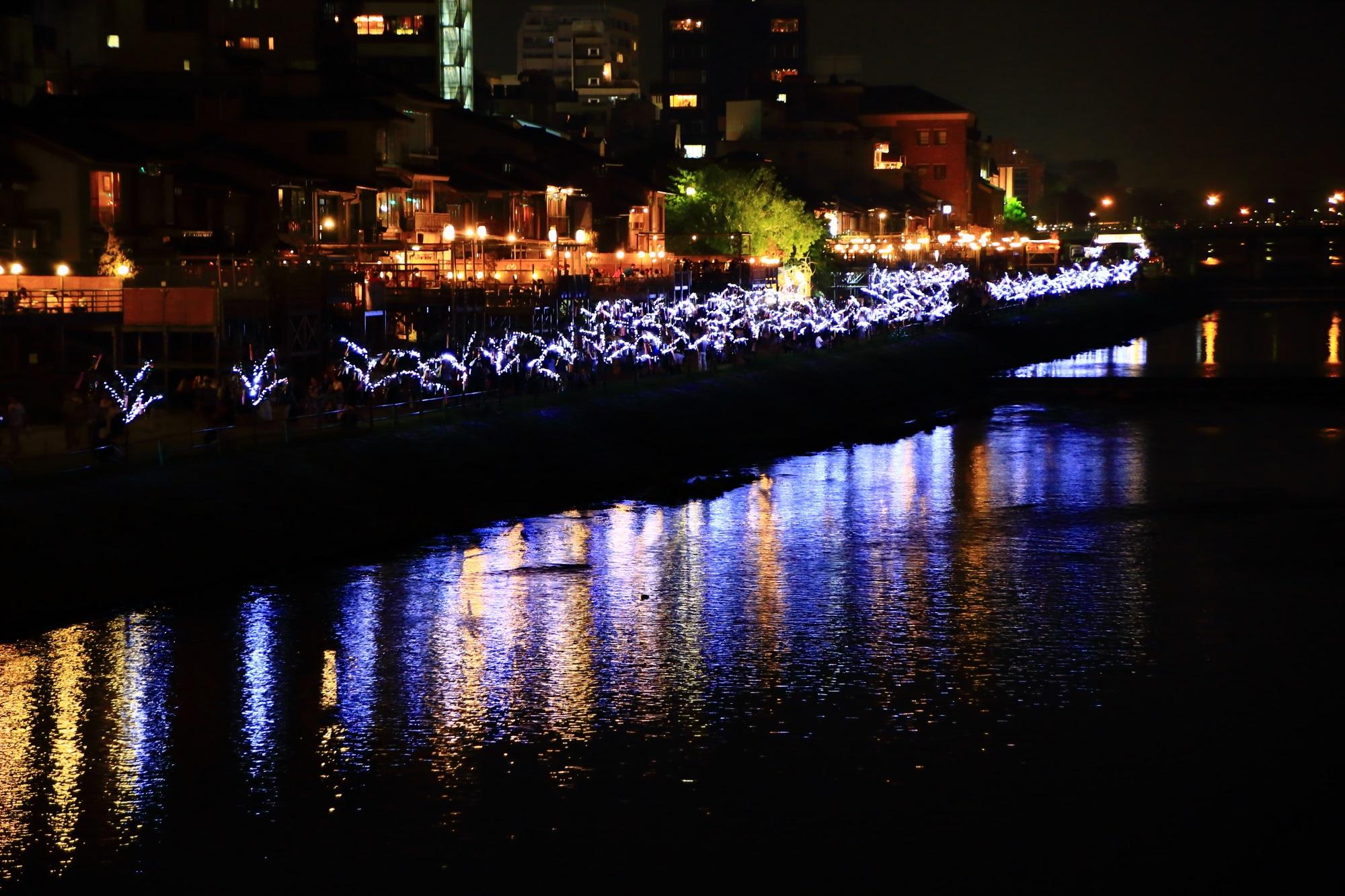 夏の風物詩の京の七夕の鴨川会場