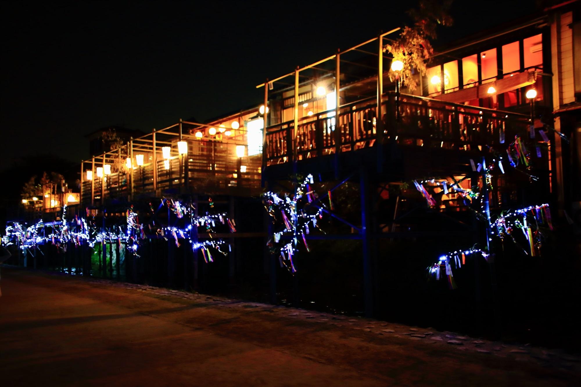 京の七夕鴨川会場の鴨川納涼床の大笹飾り