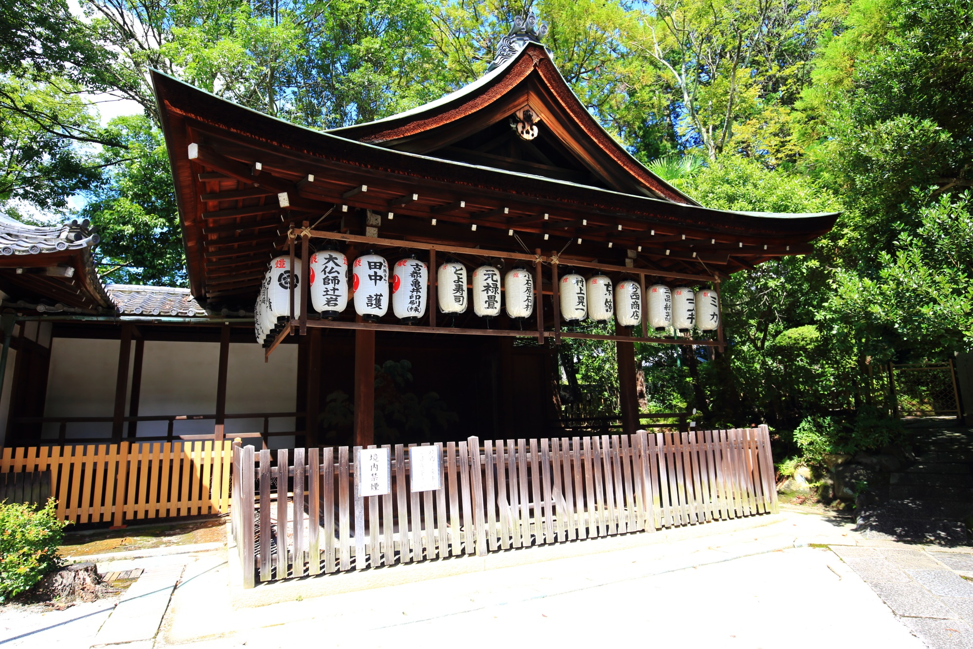 緑や自然もいっぱいある岡崎神社の舞殿