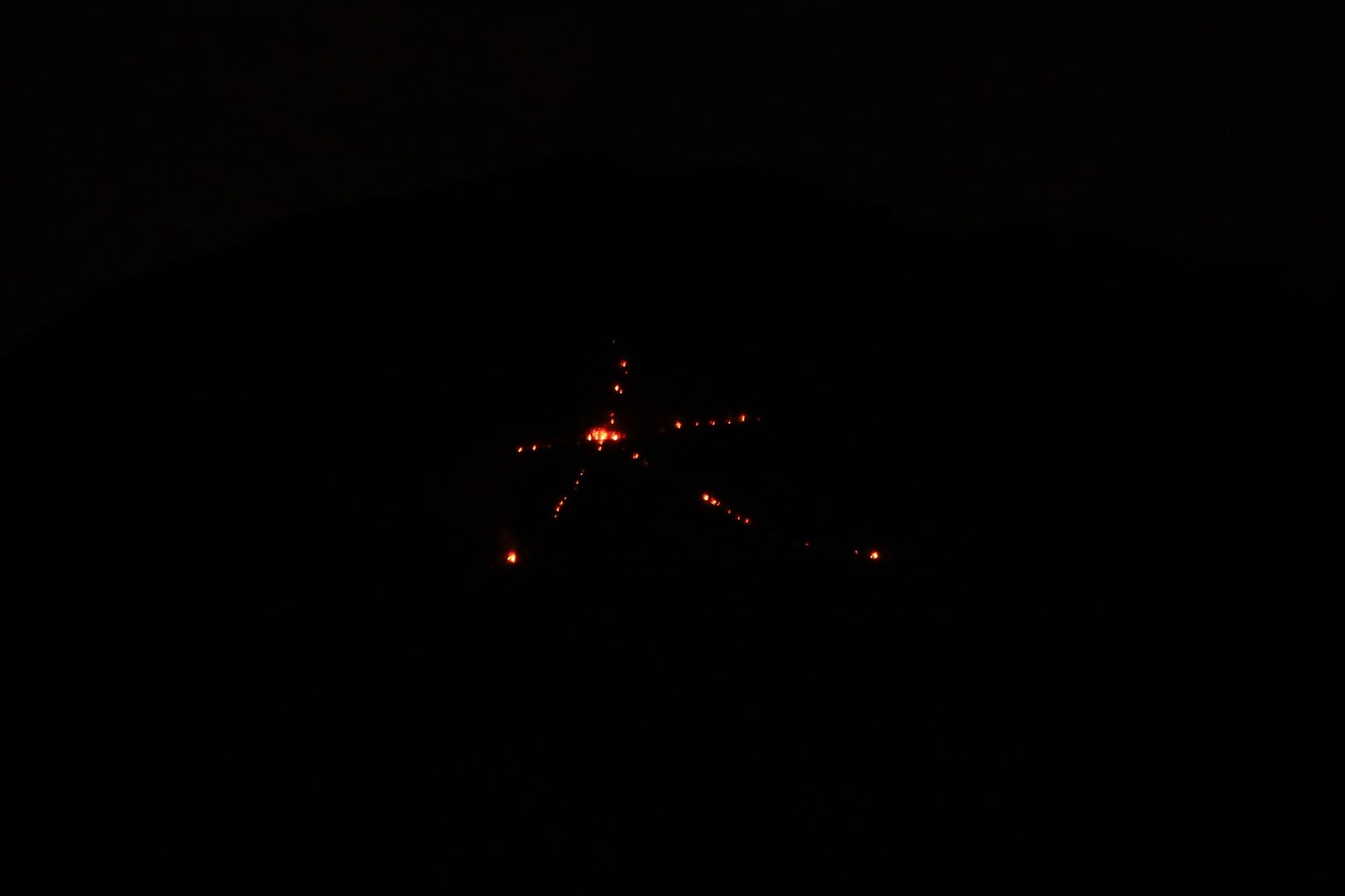 五山送り火の東山如意ケ嶽の燃え始めた大文字 2015年8月16日