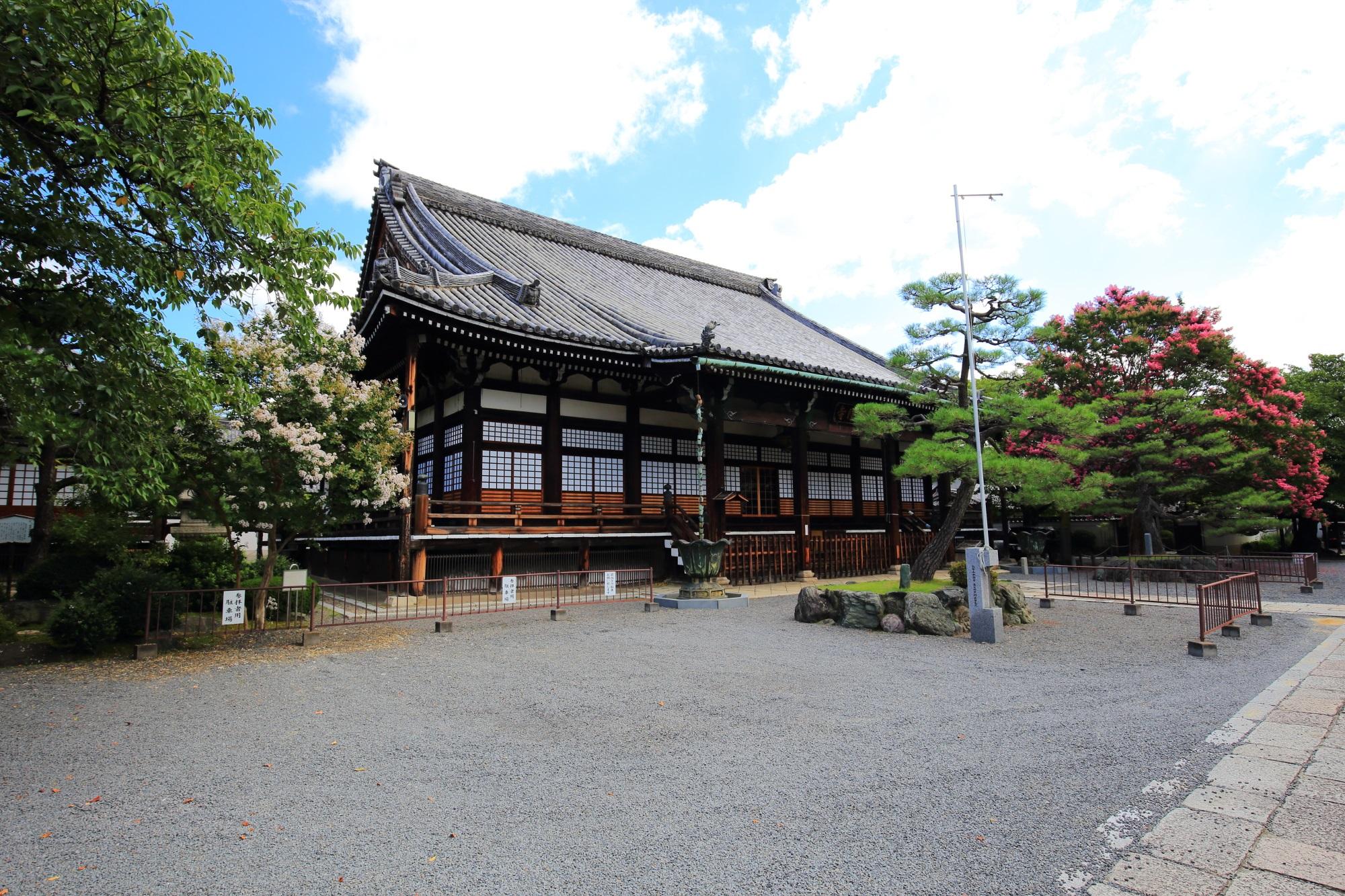 本隆寺の本堂前の紅白の百日紅