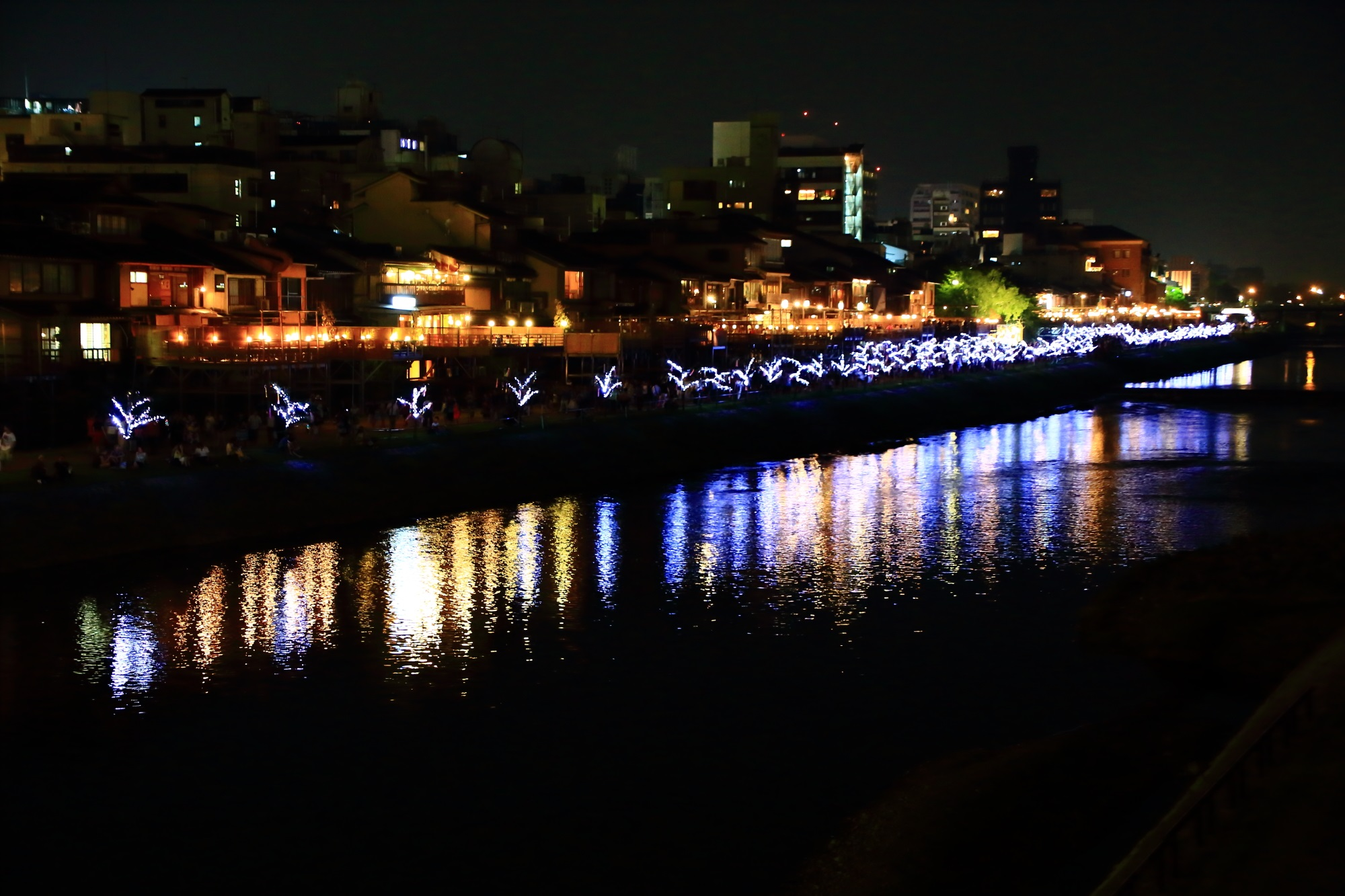 納涼床と七夕飾りの京の七夕の鴨川会場