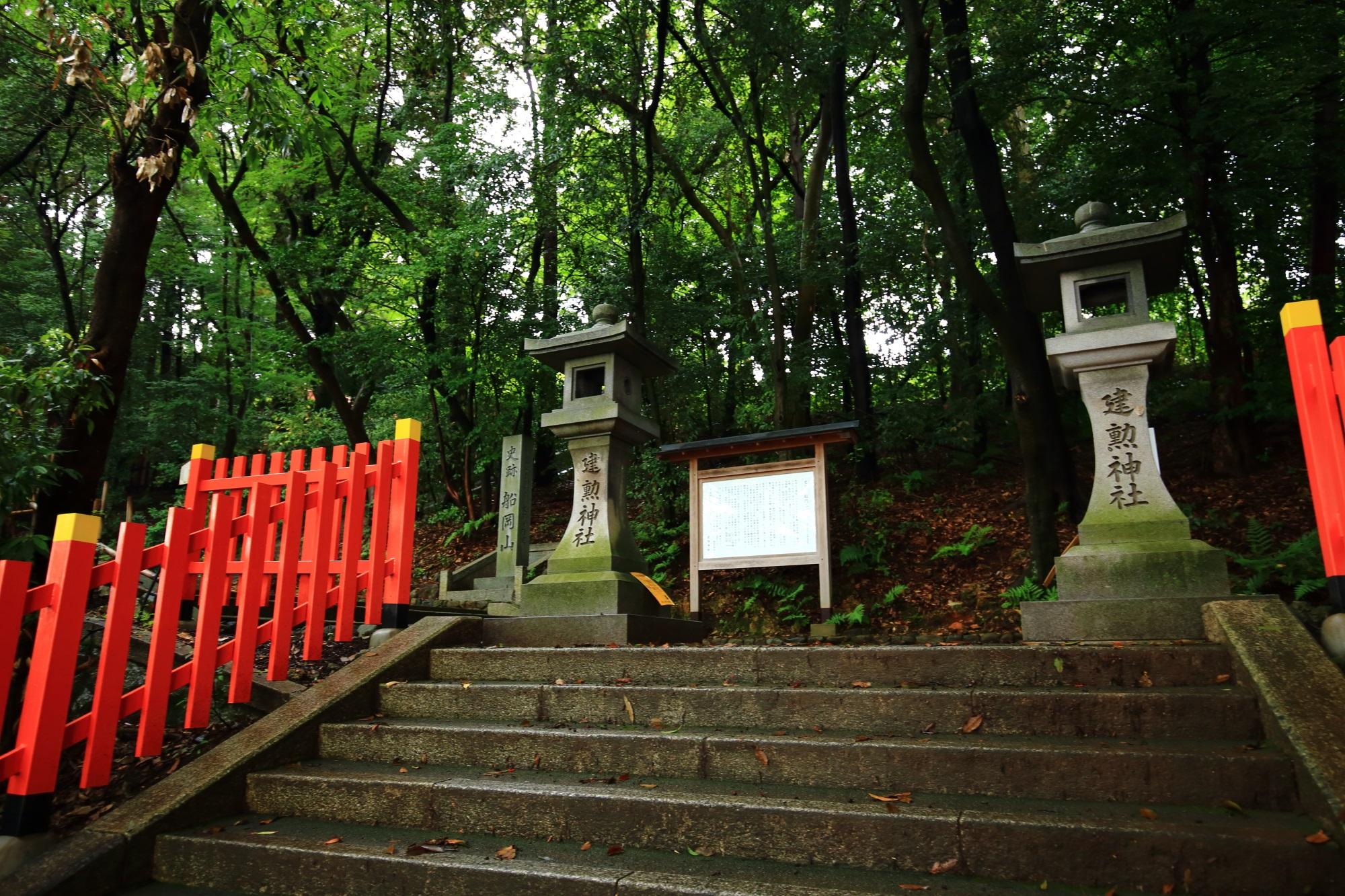 建勲神社の南参道
