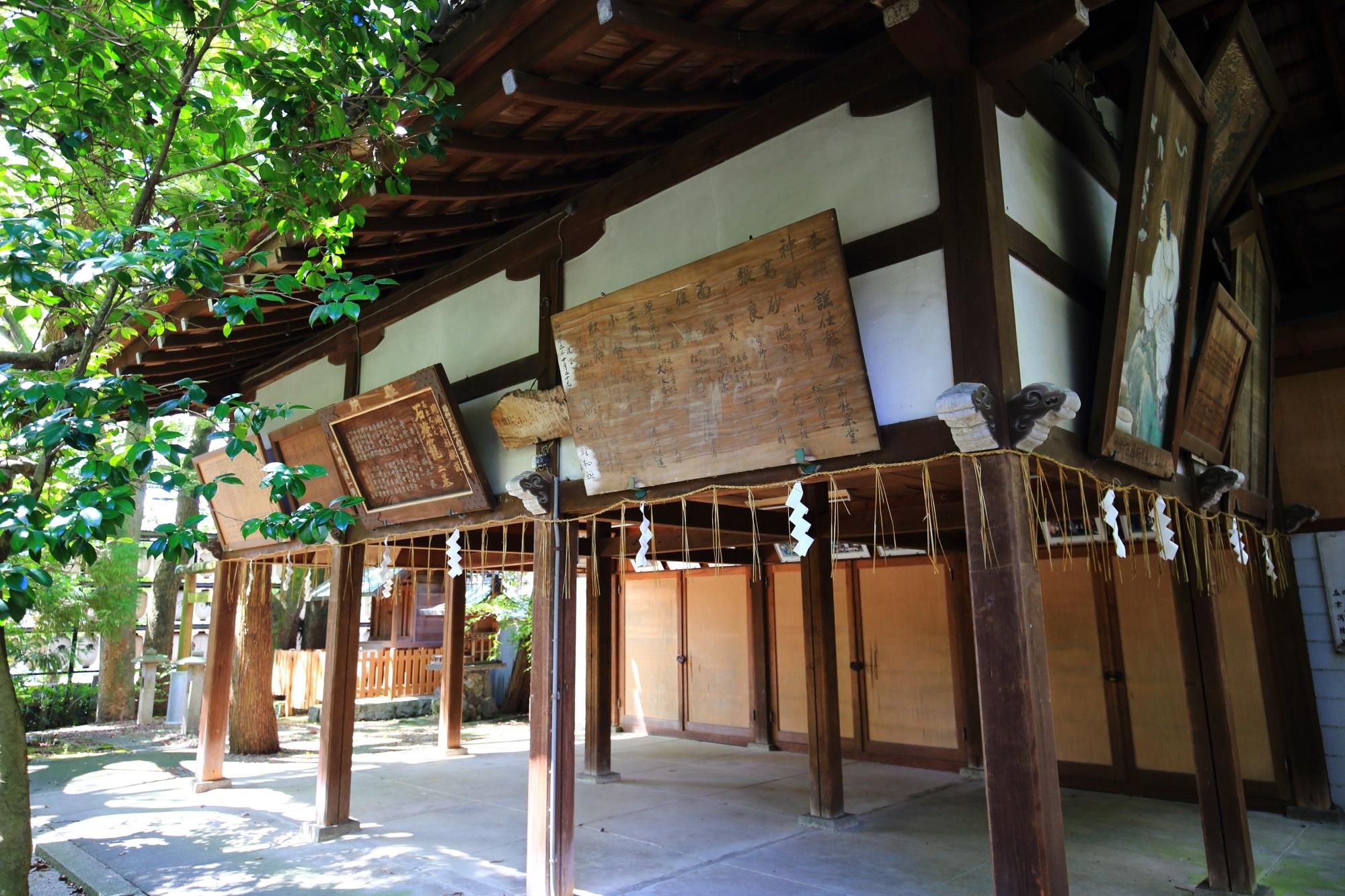 奥行きがあり広い岡崎神社の境内