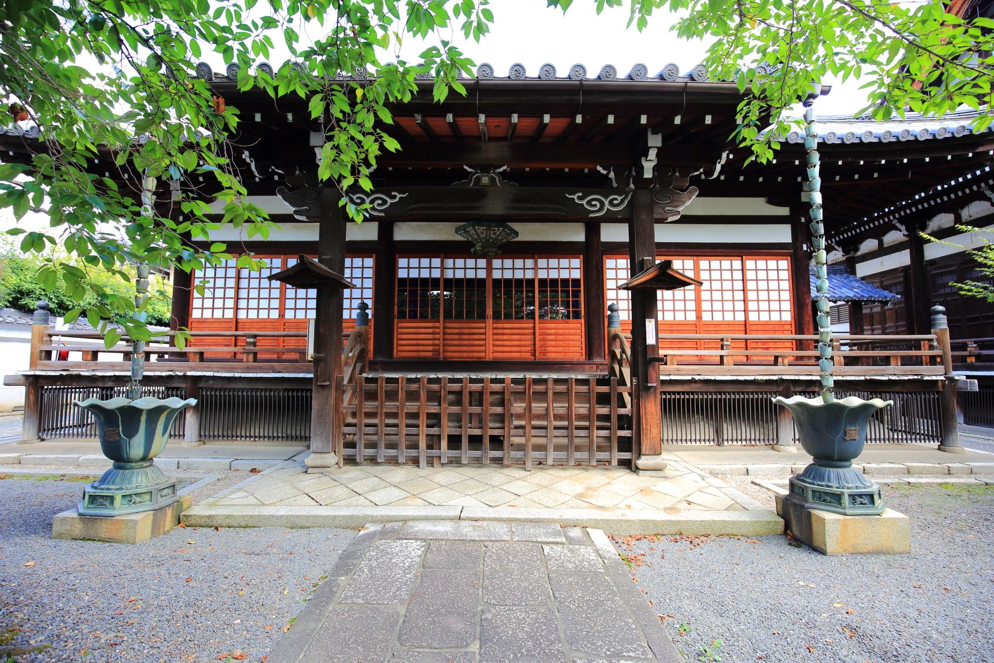 夏の緑につつまれる本隆寺の祖師堂