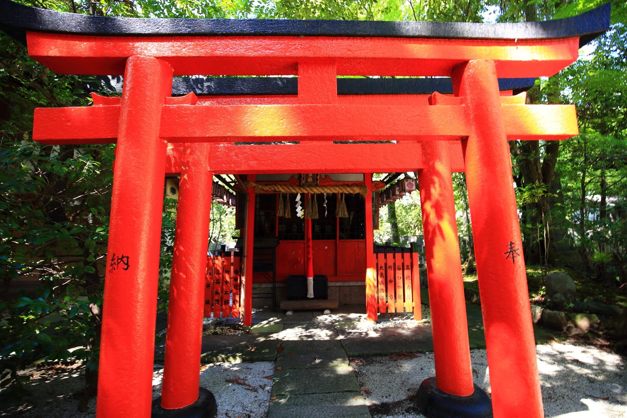 鮮やかな赤い鳥居が特徴的な宮繁稲荷神社