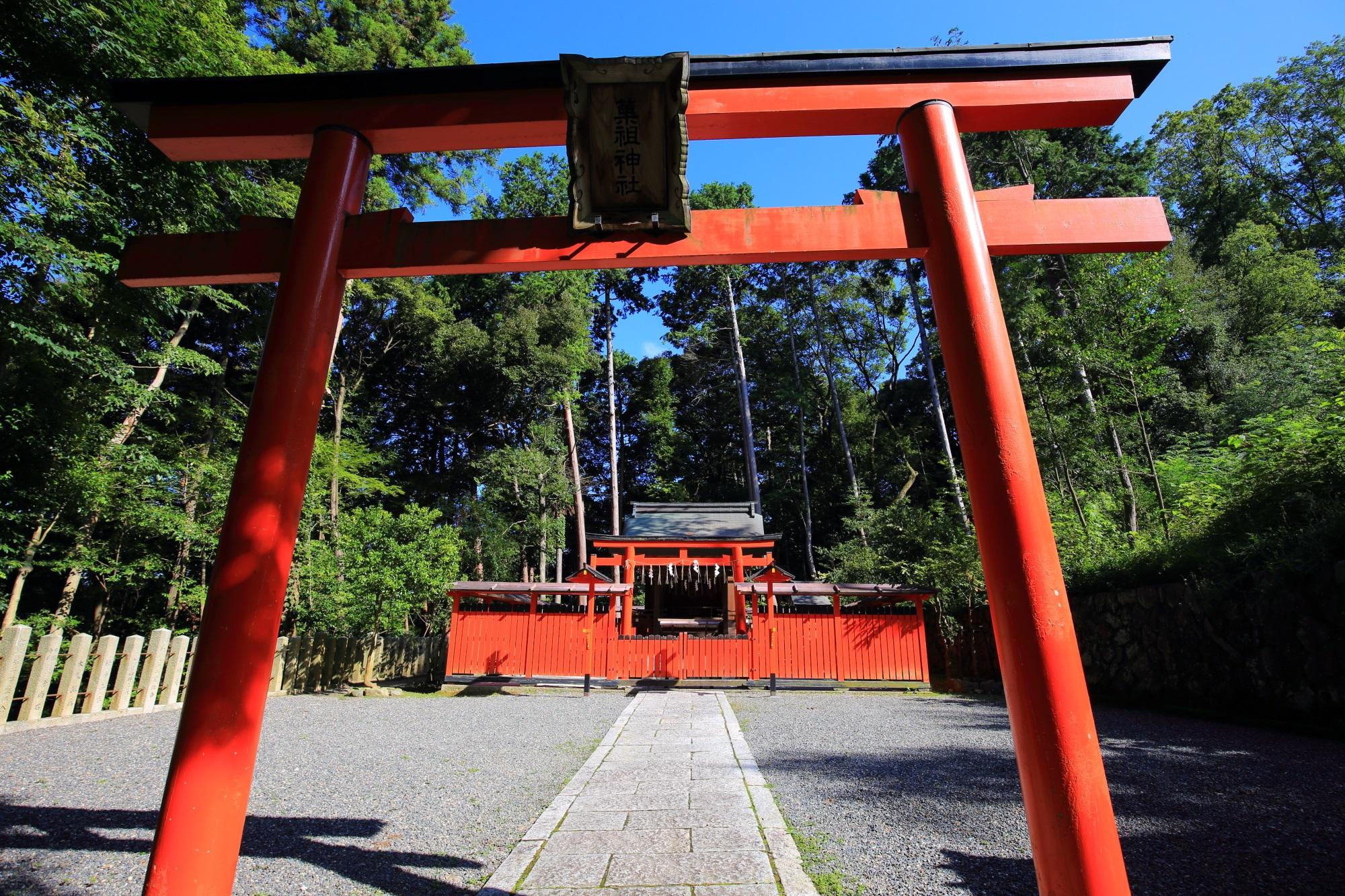 立派な赤い鳥居と菓祖神社