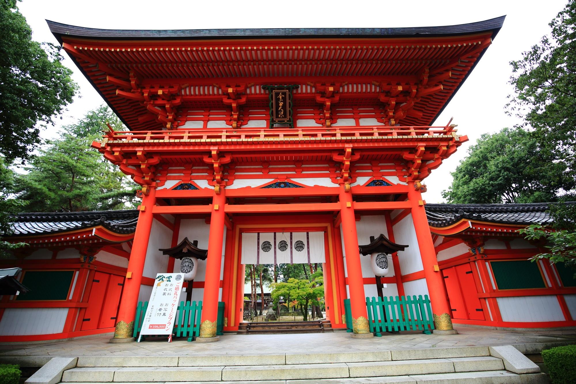 雄大さと上品さを兼ね備えた朱色の立派な楼門