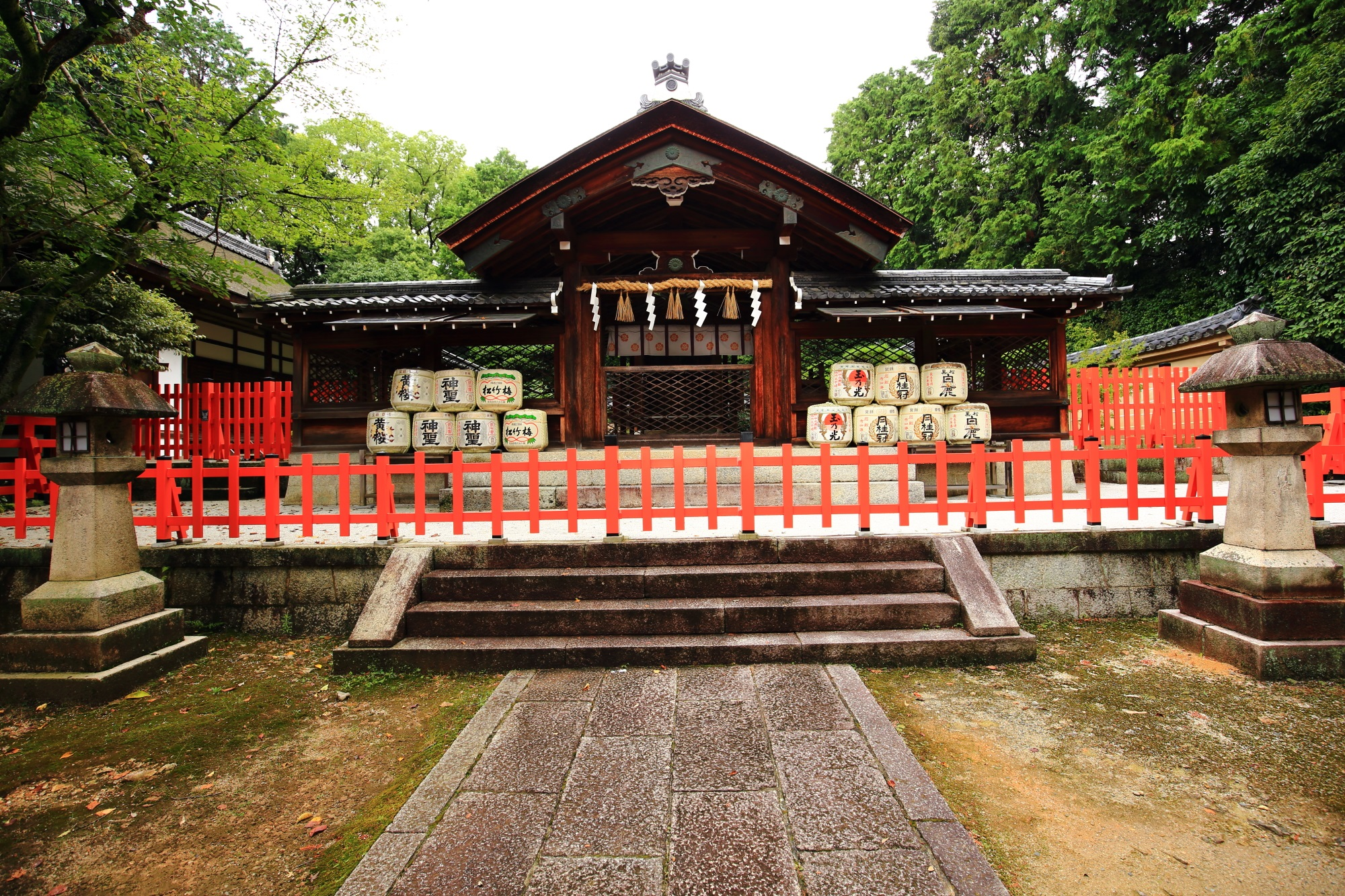 京都の織田信長を神とする建勲神社の神門と本殿