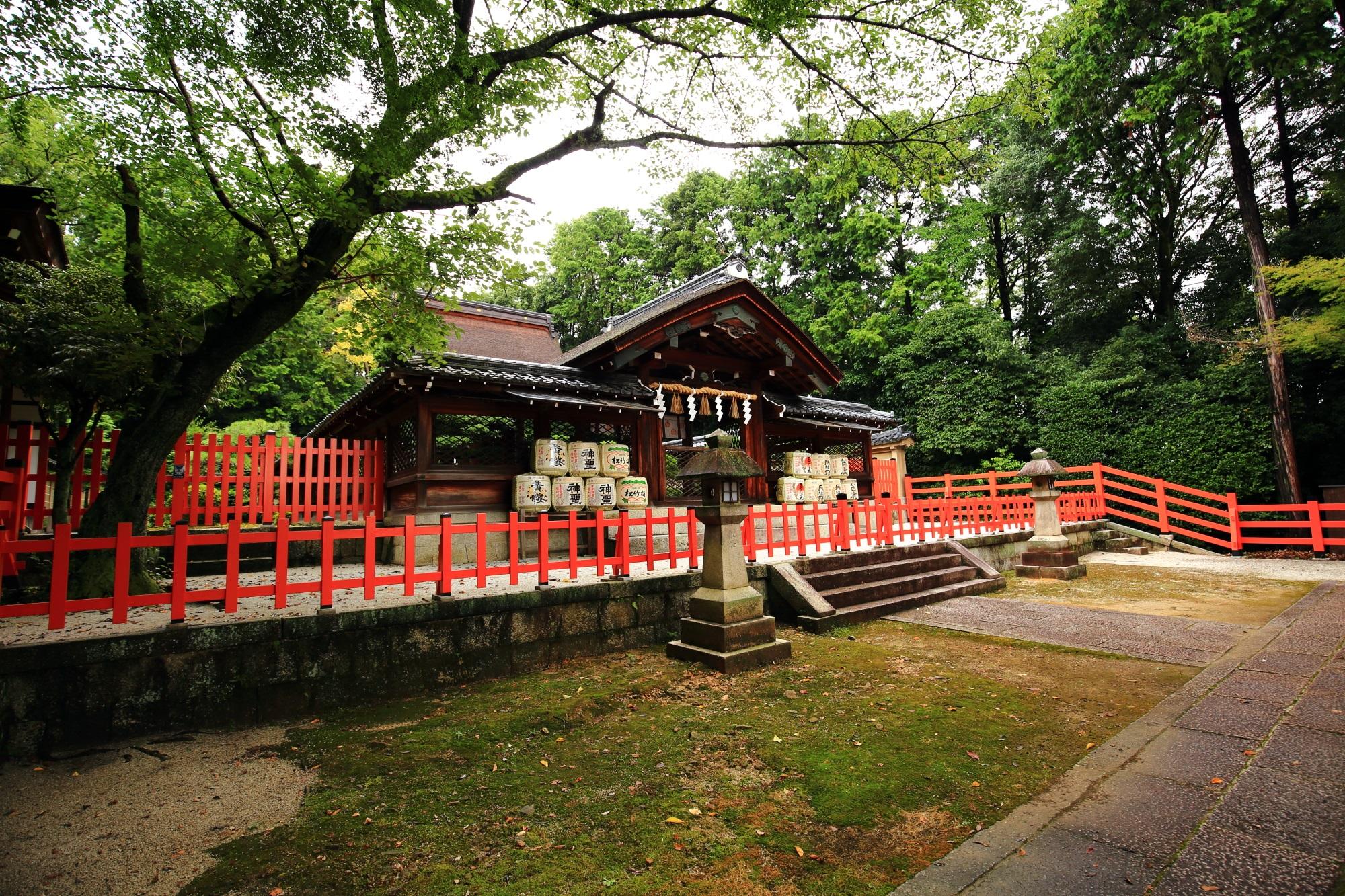 織田信長を祀る建勲神社の神門と本殿
