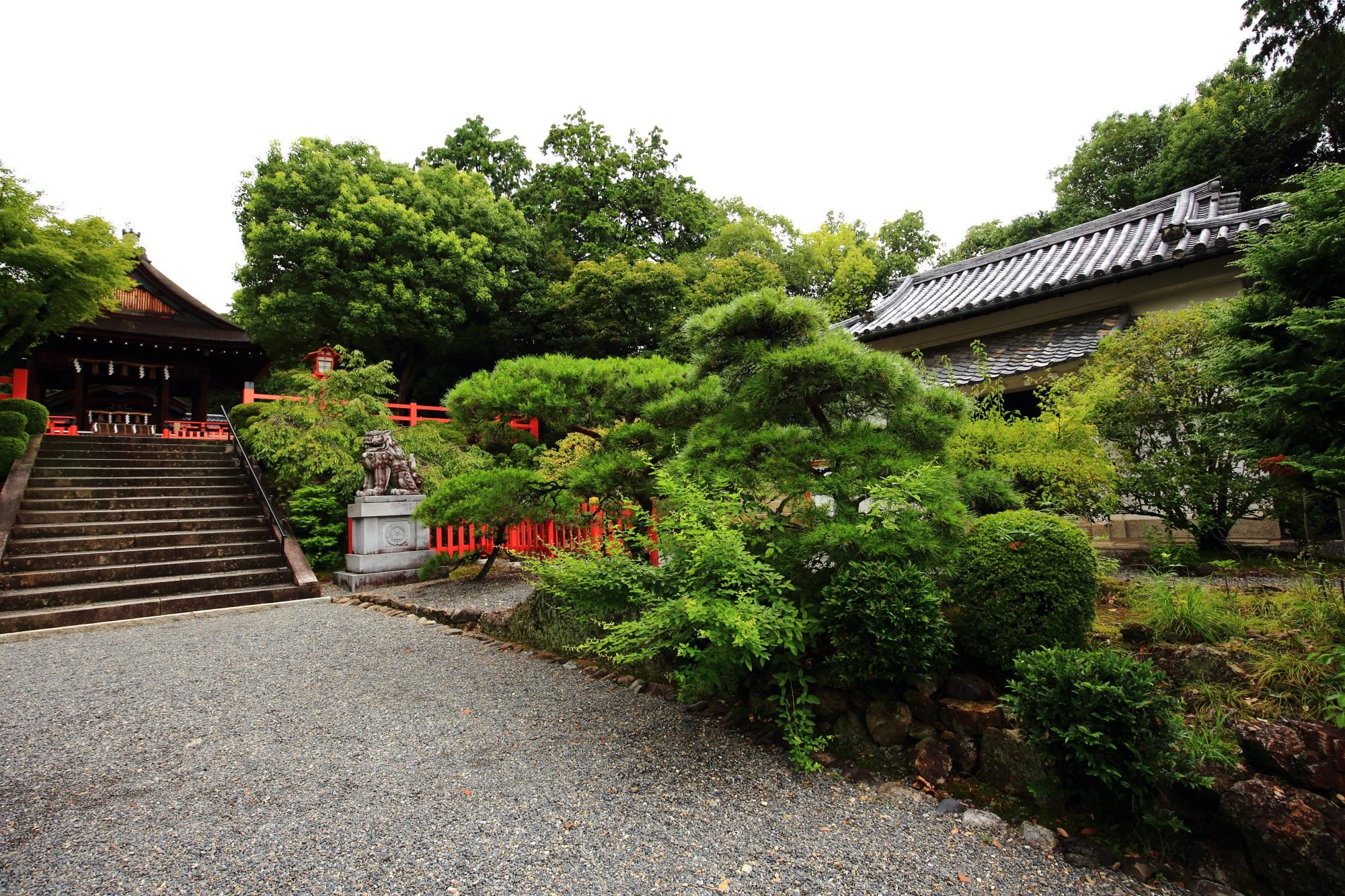 建勲神社の拝殿と祭器庫