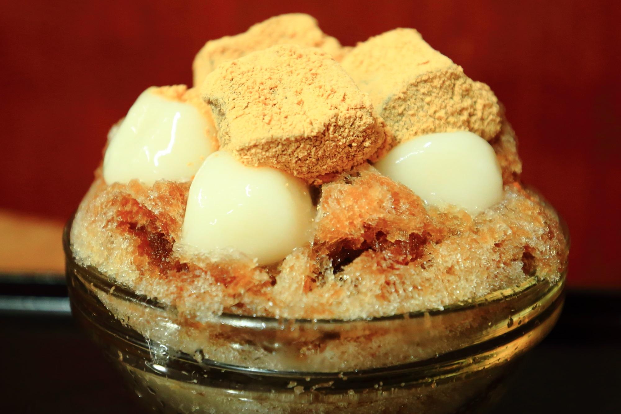 甘党茶屋梅園河原町店のかき氷(黒糖白玉+黒糖わらび餅)