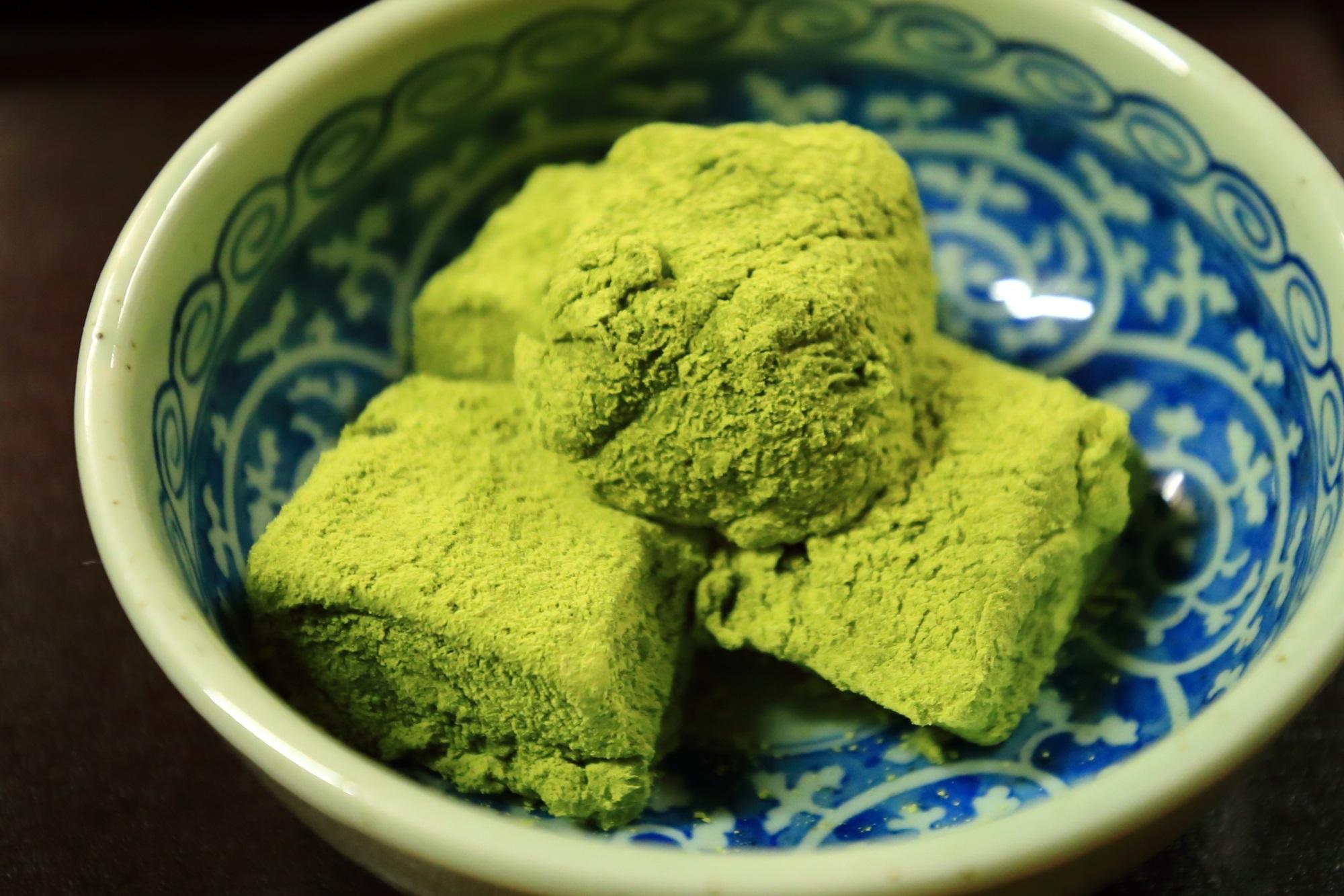 梅園の濃厚な抹茶の苦味と風味が利いた柔らかいわらび餅