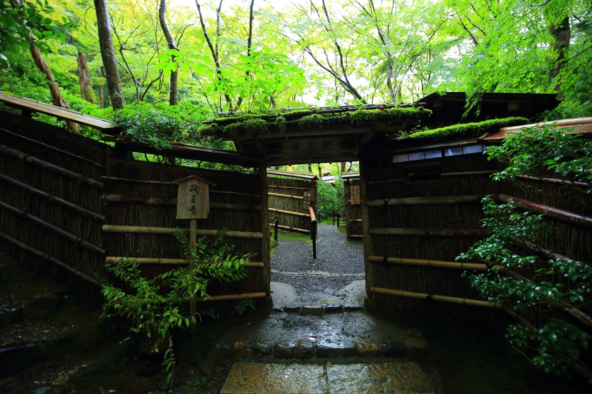 祇王寺の入口