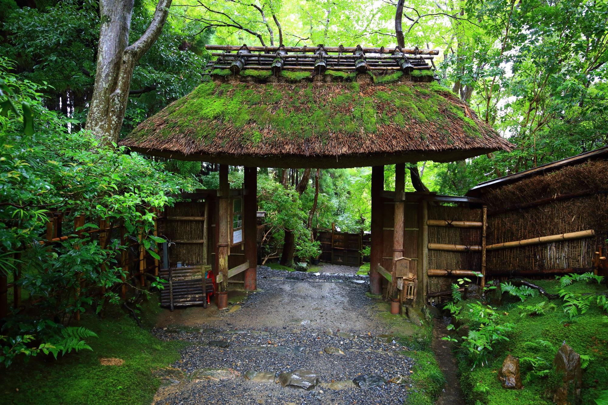 参道にある風情たっぷりの萱葺き屋根の門