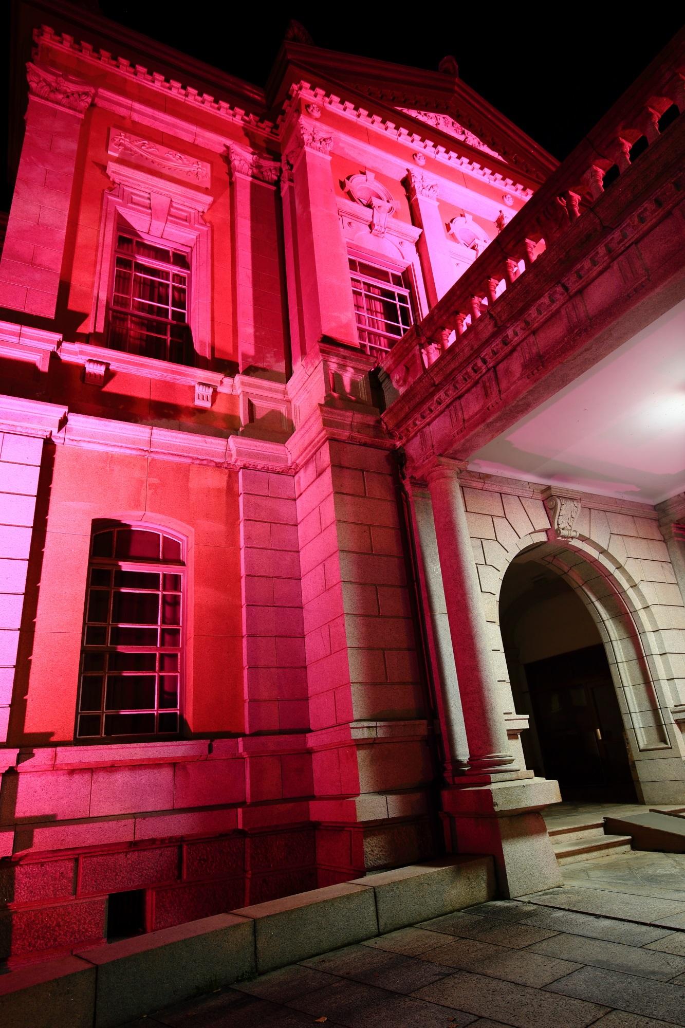 ピンクリボン活動の旧本館のピンクライトアップ
