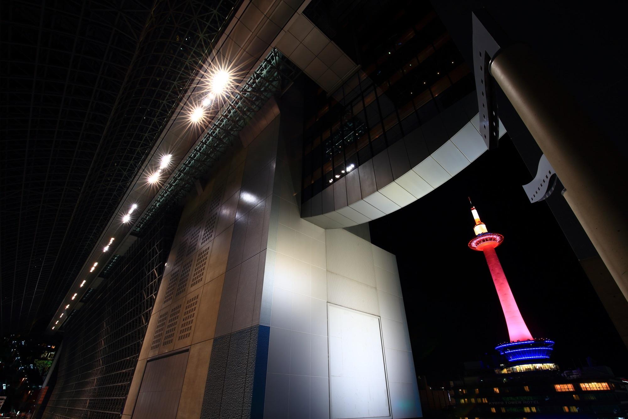 駅ビルとピンクリボンライトアップの京都タワー