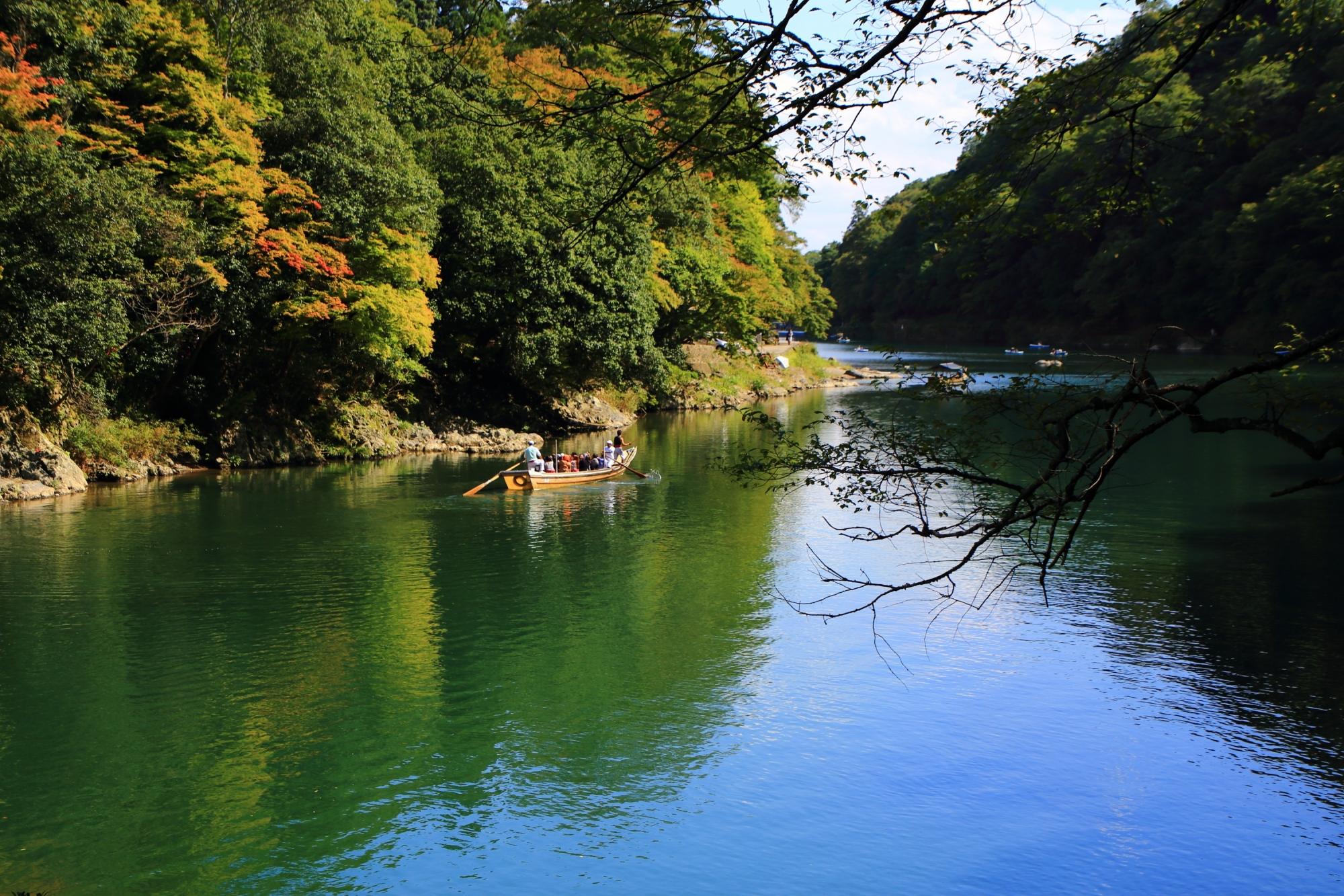 嵐山の保津川(桂川)と青もみじと舟