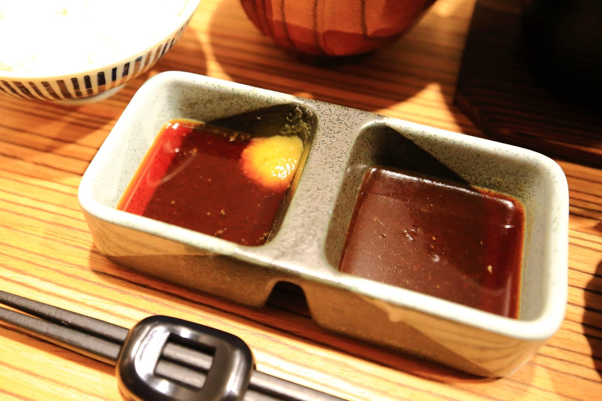 佰食屋 すき焼き専科の国産牛サイコロステーキ定食のポン酢とタレ