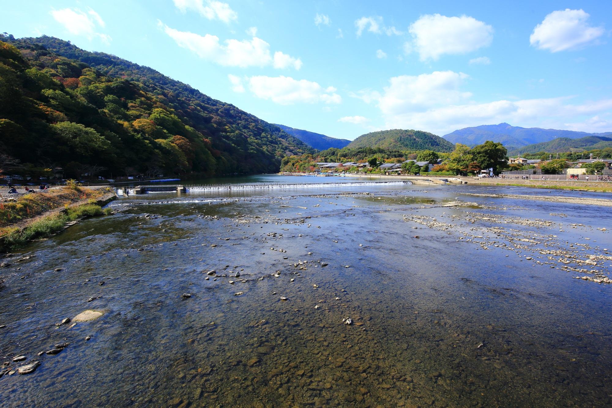 渡月橋から眺める桂川と嵐山と清々しい空