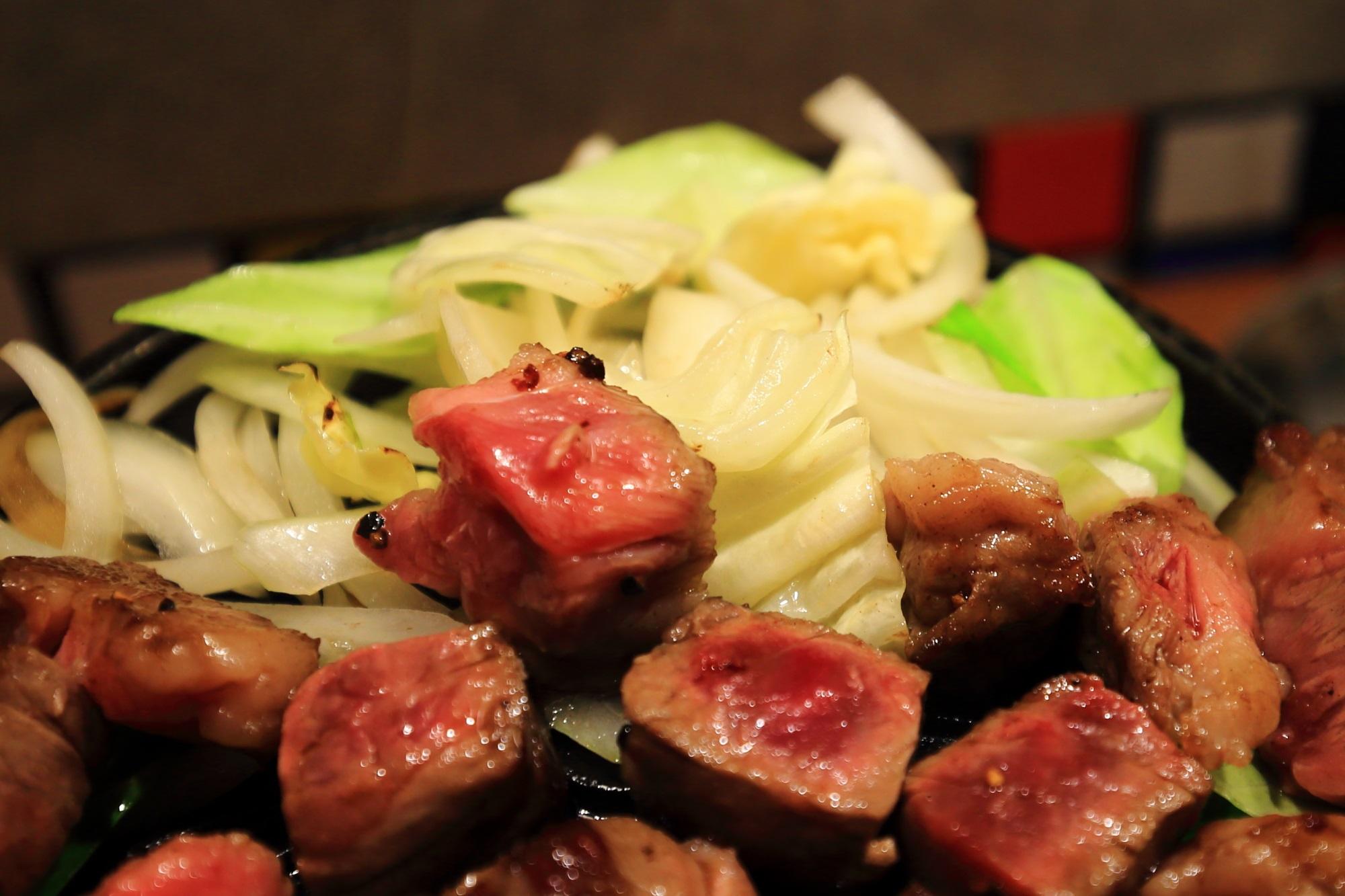 佰食屋 すき焼き専科の国産牛サイコロステーキ定食の野菜(キャベツと玉ねぎ)