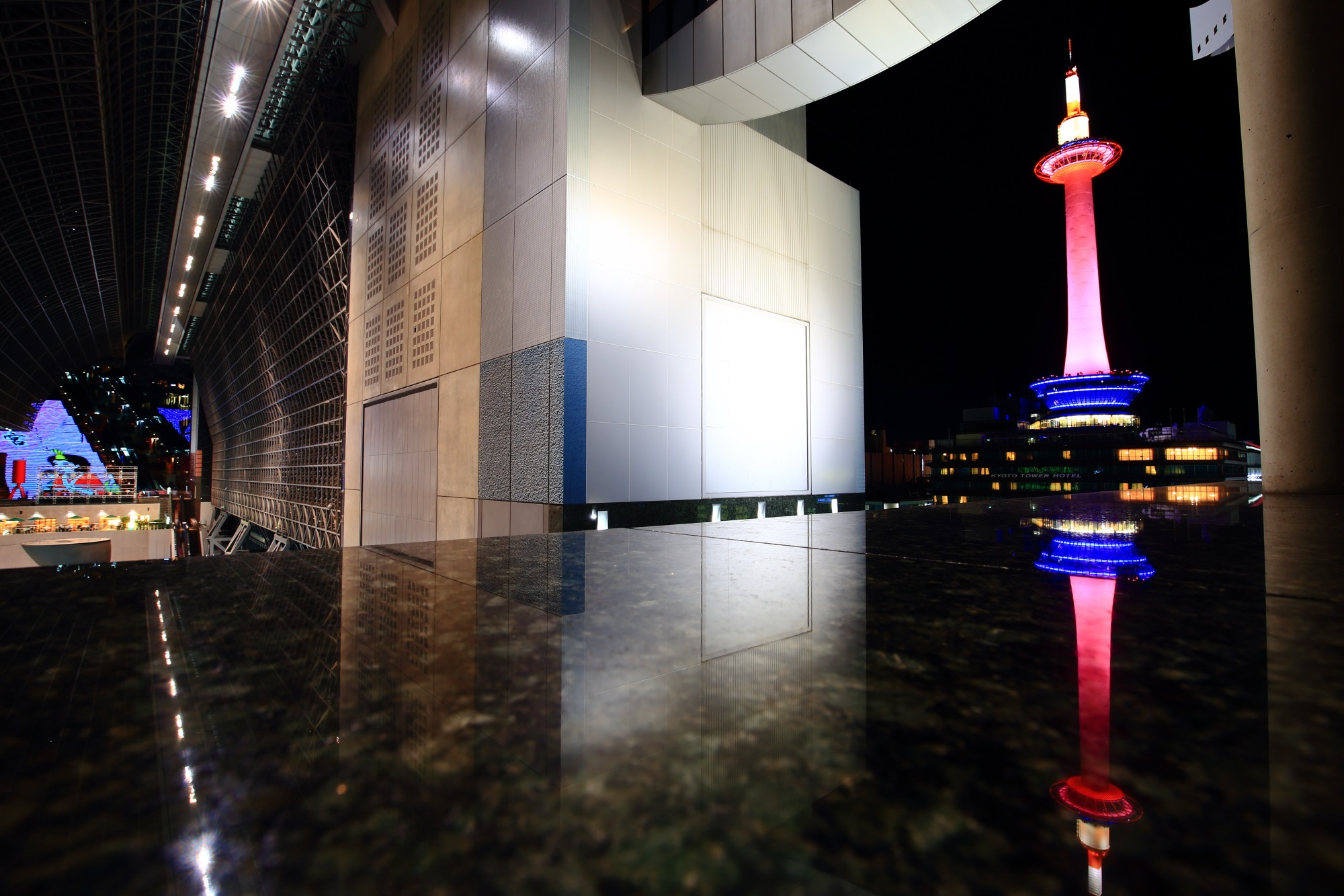 ピンクリボンライトアップの京都タワーと駅ビル 2015年10月4日