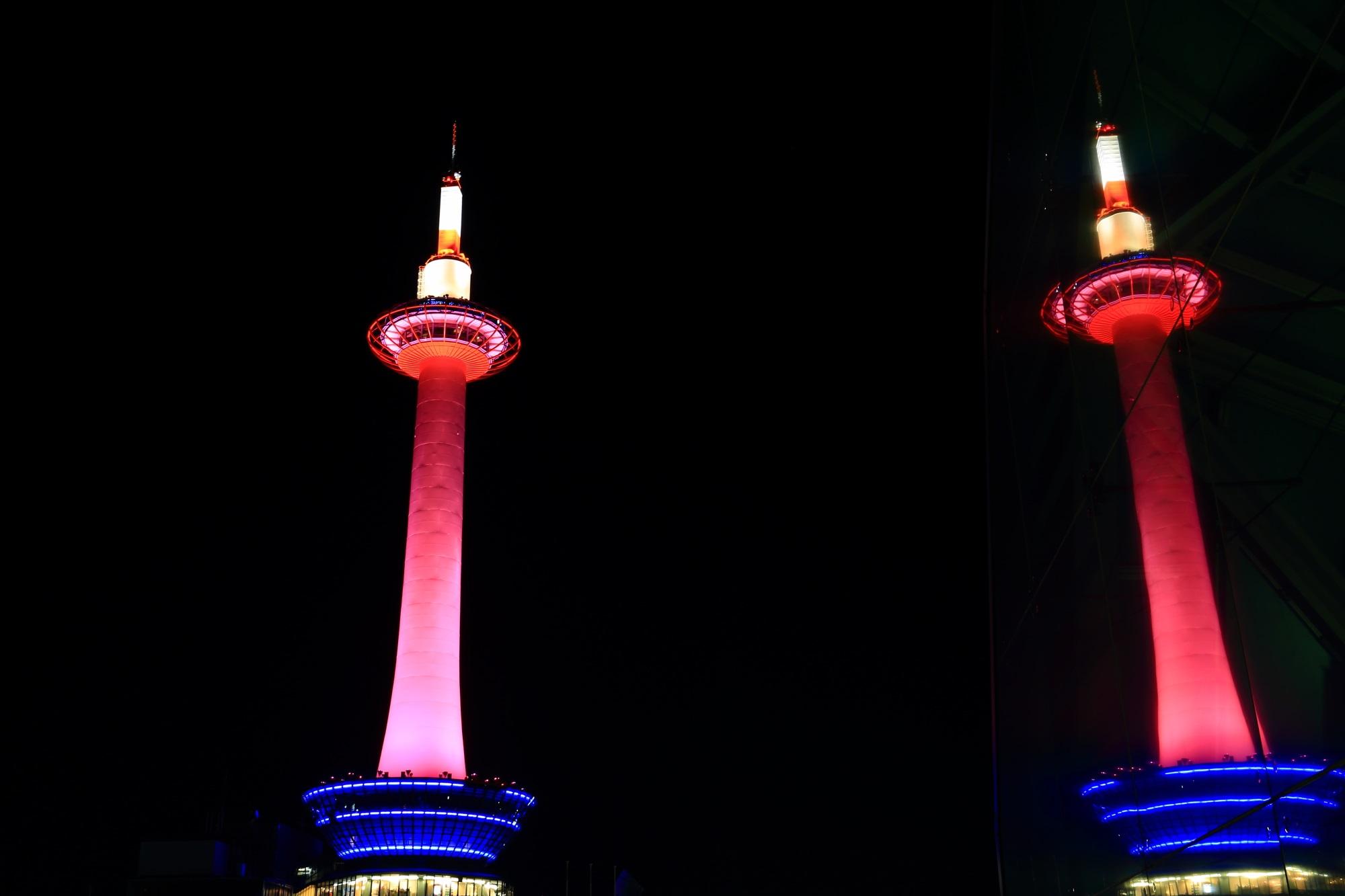 駅ビルから眺めたピンクのタワー