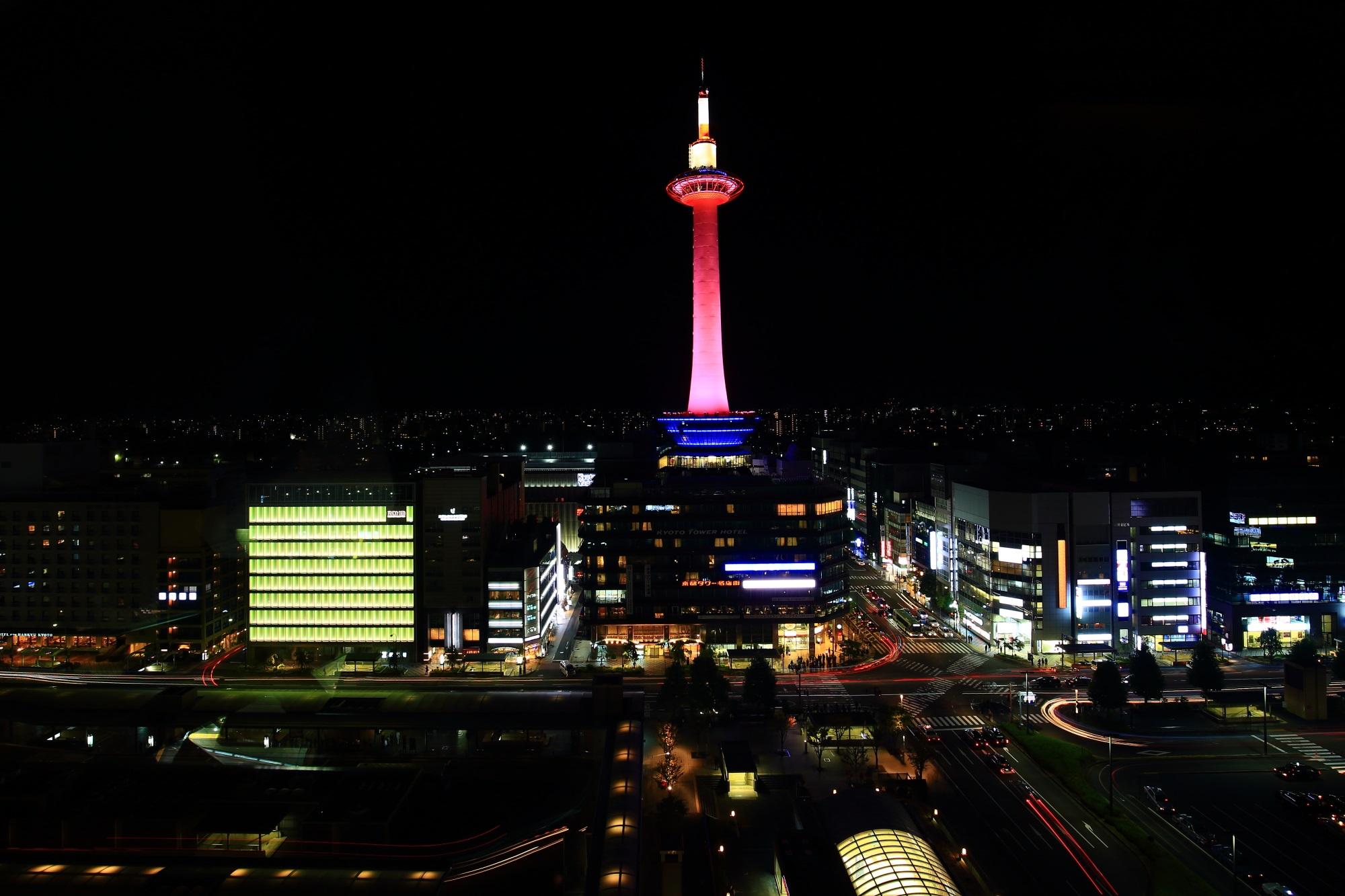 駅ビル空中経路から眺めたピンクリボンライトアップのタワーと夜景 2015年10月4日