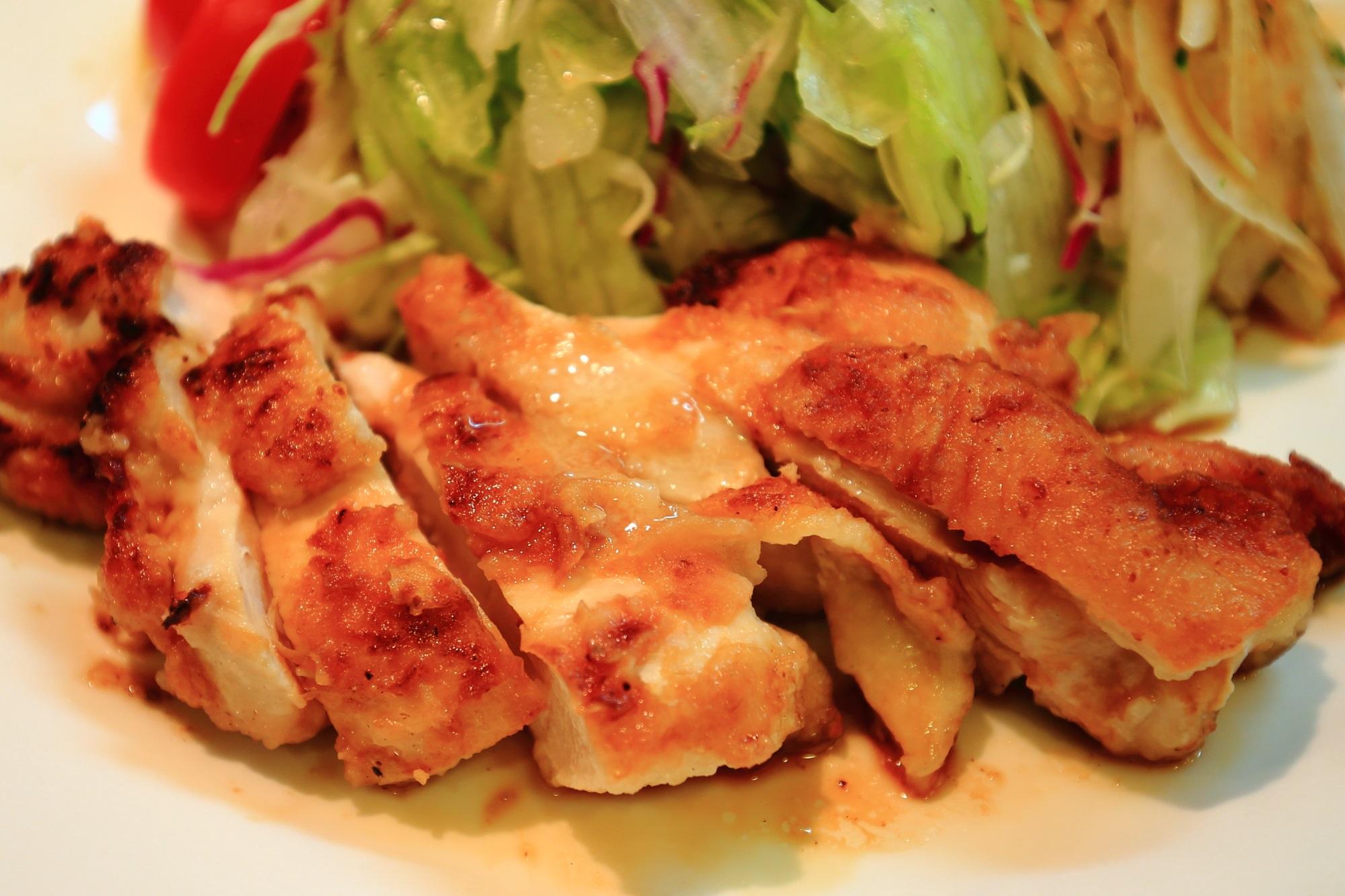 若鶏のグリルチキンとサラダ サラダの店サンチョ 河原町本店