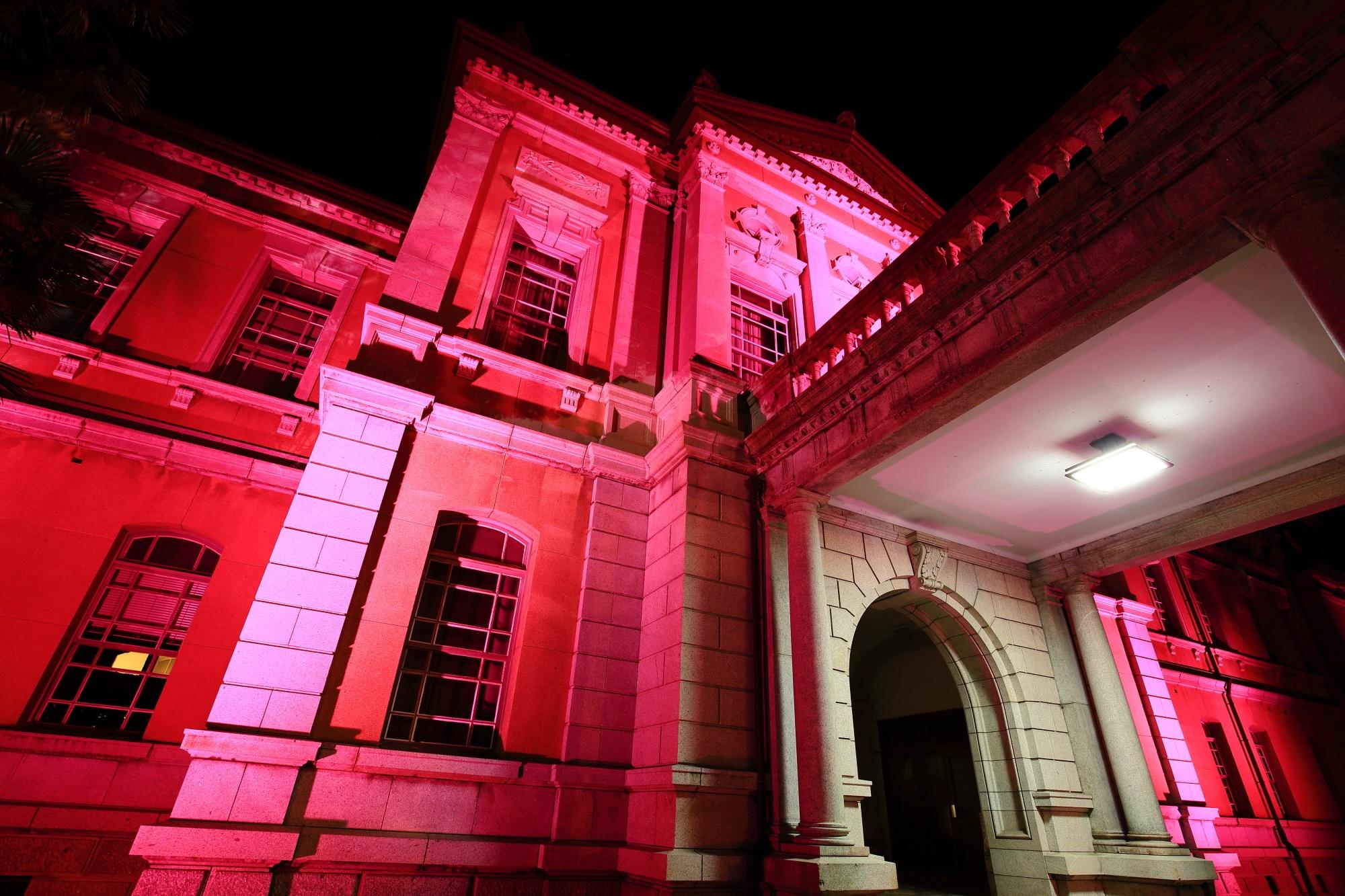 レトロ洋館の府庁旧本館のピンクリボンライトアップ