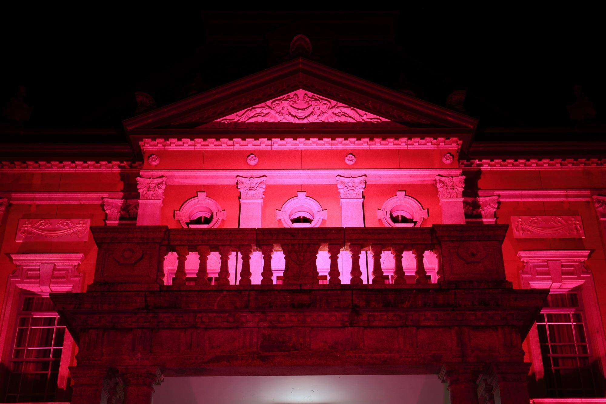 ピンクリボンライトアップの京都府庁旧本館